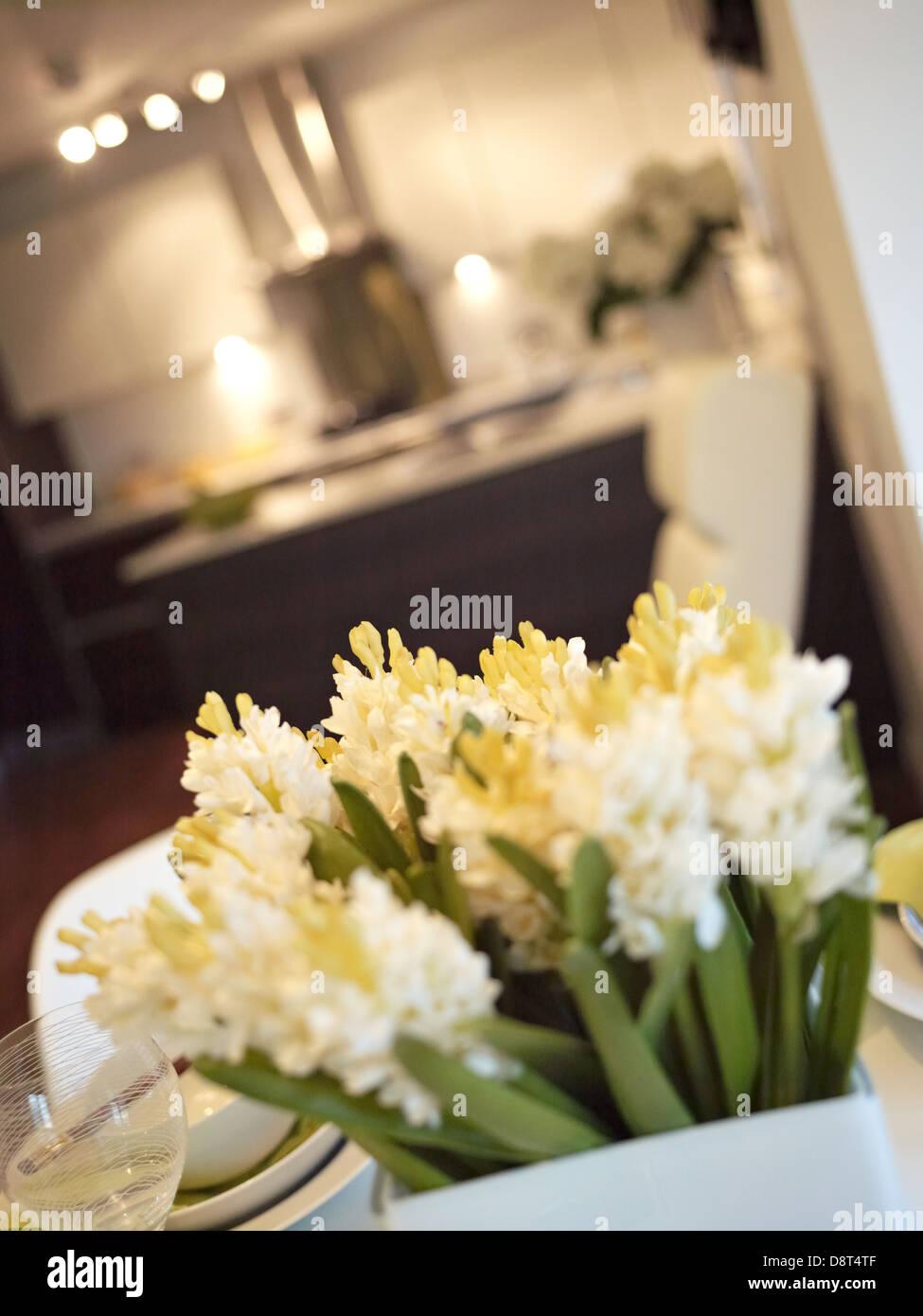 Flores en la mesa del comedor Imagen De Stock