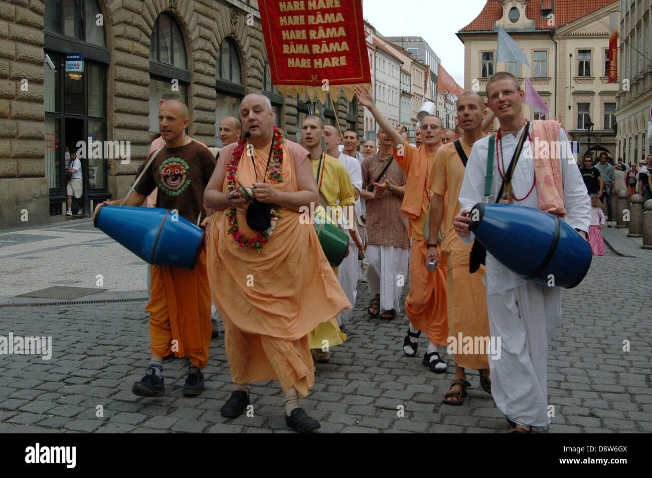 Calle de cantar el Hare Krishna por Harinamas en Praga República Checa Foto de stock