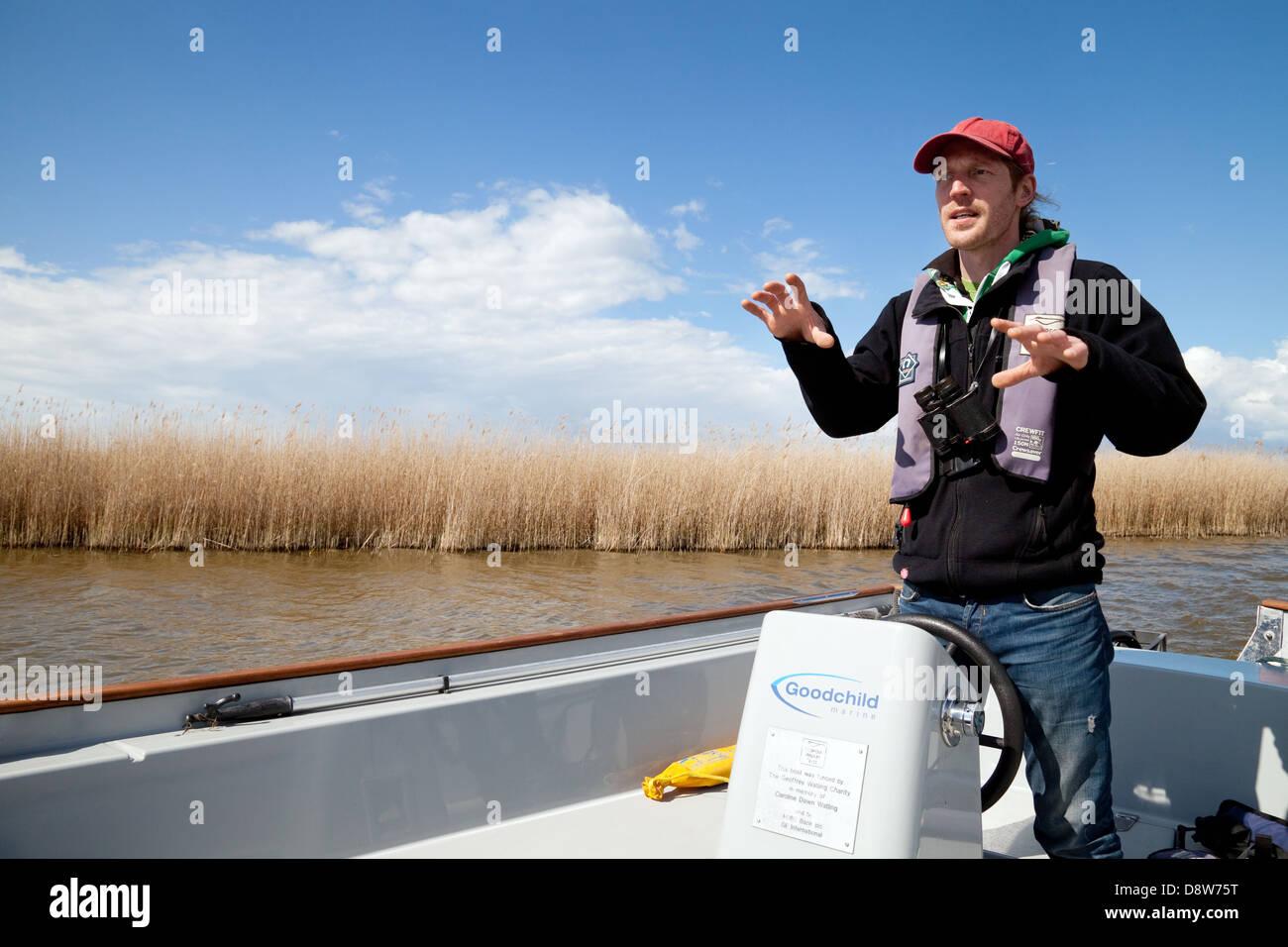 Un Norfolk Wildlife Trust guía en un viaje en barco de la naturaleza ronda Hickling Broad, Norfolk Broads, Imagen De Stock