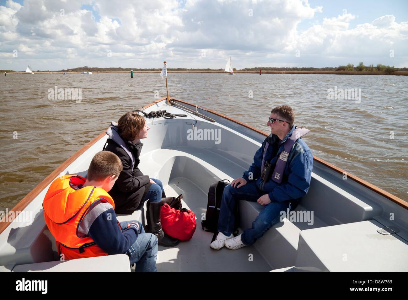Una familia en una Norfolk Wildlife Trust viaje en barco Hickling Broad, Norfolk Broads, East Anglia, en el REINO Imagen De Stock