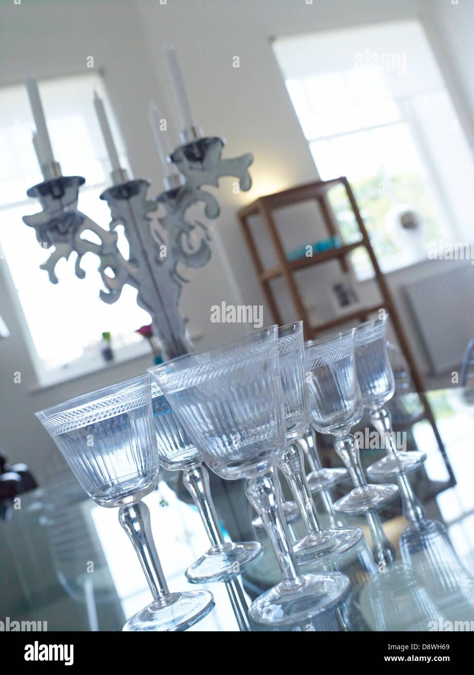 Copas de vino mesa de comedor Imagen De Stock