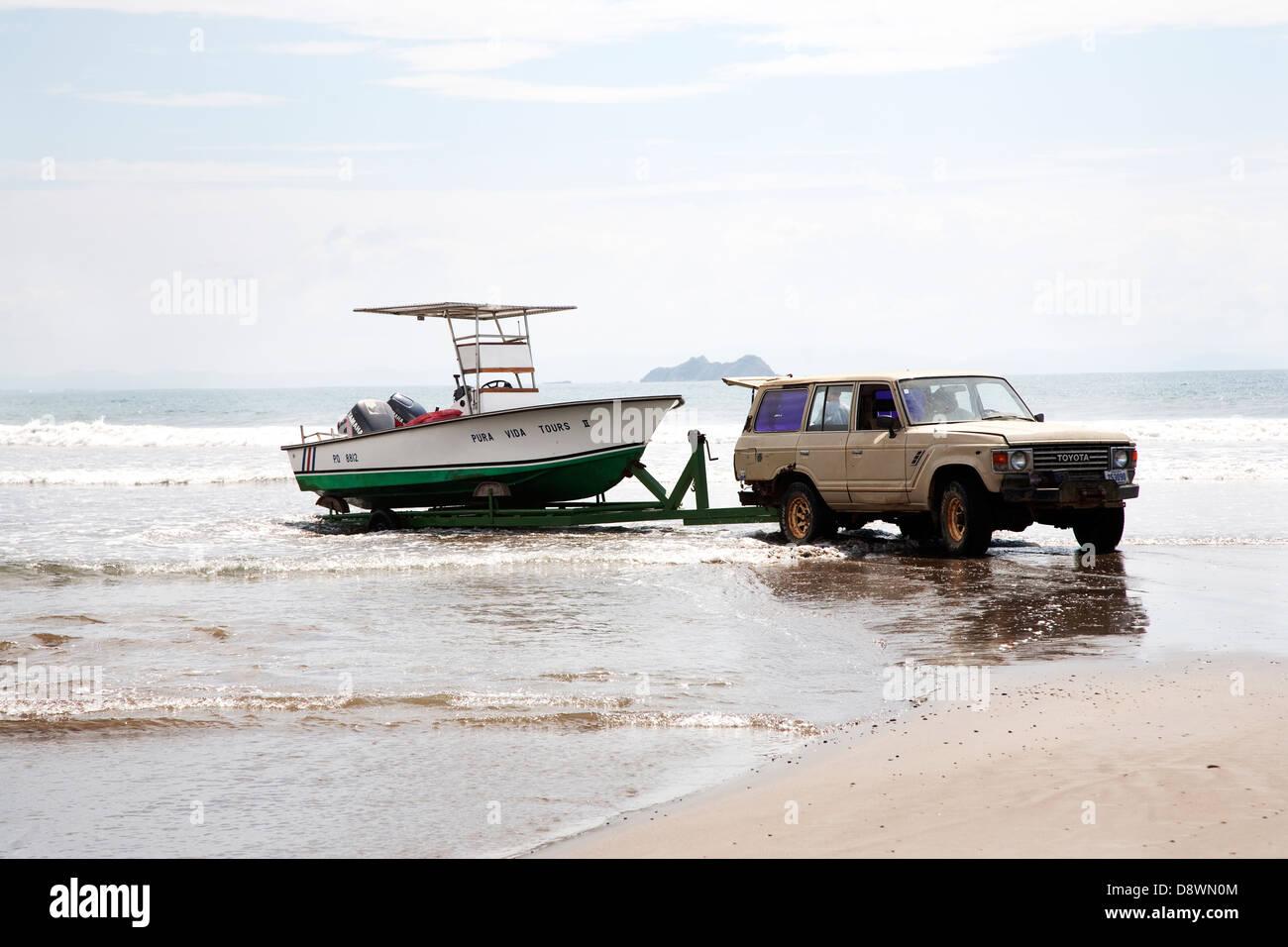 Alquiler de tirón barco fuera del agua Imagen De Stock