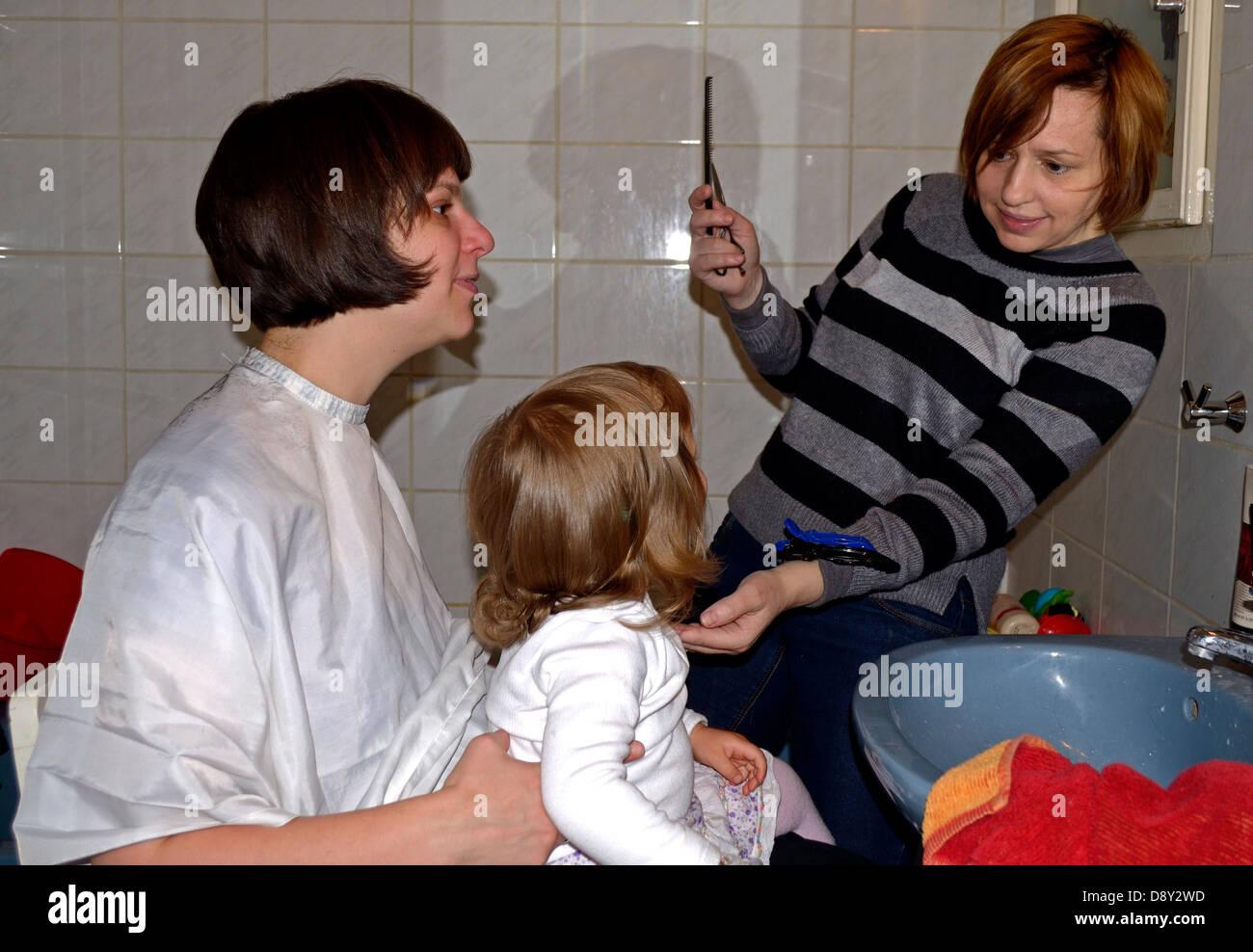 Niña de 2 años tienen su primer corte de pelo Imagen De Stock ad1df5c634