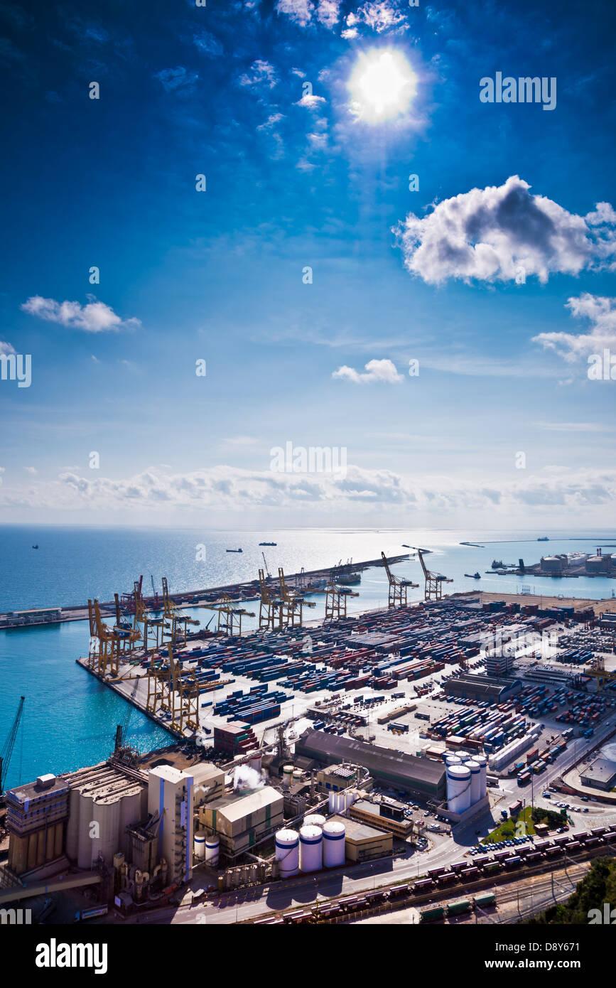 El puerto de Barcelona, la zona de carga, un montón de contenedores y grúas, visto desde arriba. Intencionalmente Foto de stock