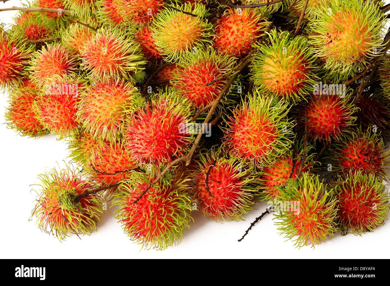 Rambután frutas sobre fondo blanco. Imagen De Stock