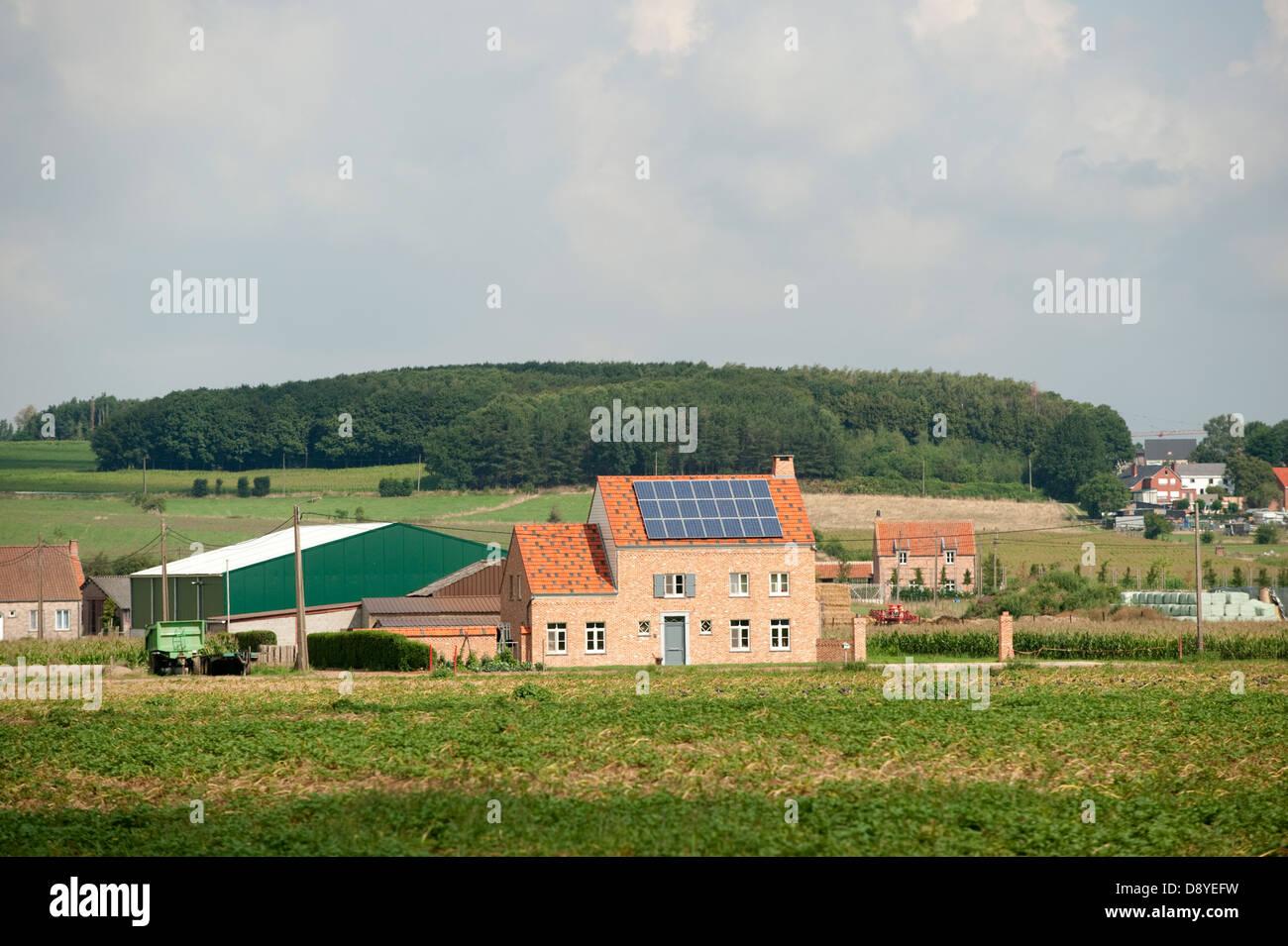 Granja de paneles solares en el techo Rural Europa Bélgica Bekkevoort Imagen De Stock