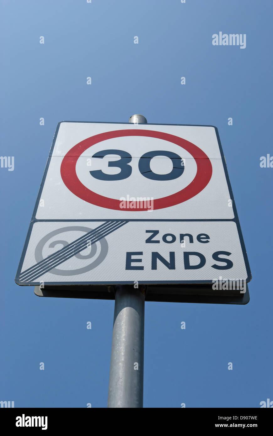Señal de carretera británico indicando final de 20mph y el inicio de la zona 30mph zone Foto de stock