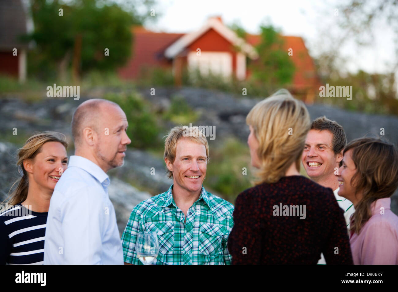 Seis adultos pasar tiempo juntos, Fejan, archipiélago de Estocolmo, Suecia. Foto de stock