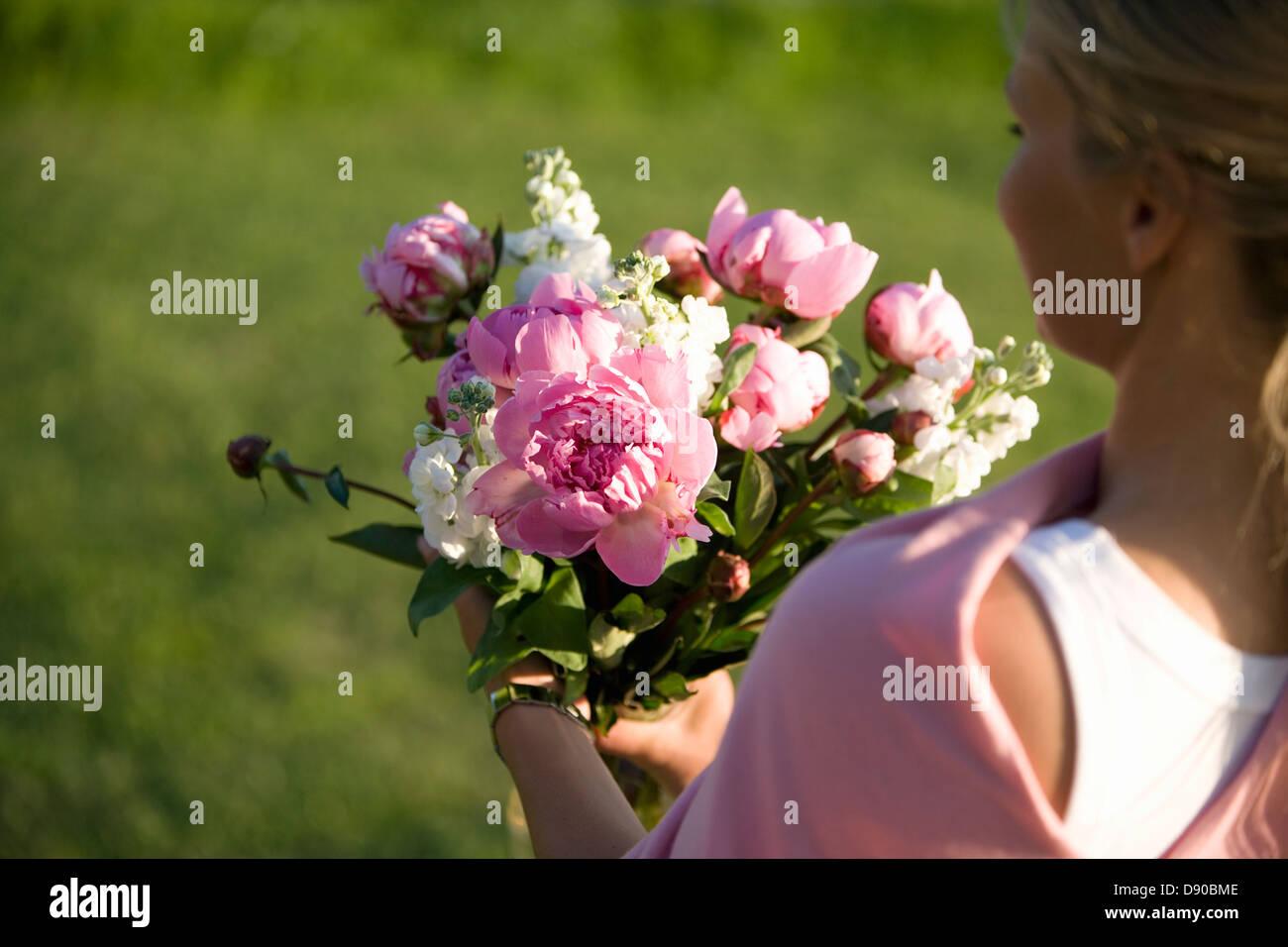 Mujer que llevaba un ramo de flores, Fejan, archipiélago de Estocolmo, Suecia. Foto de stock