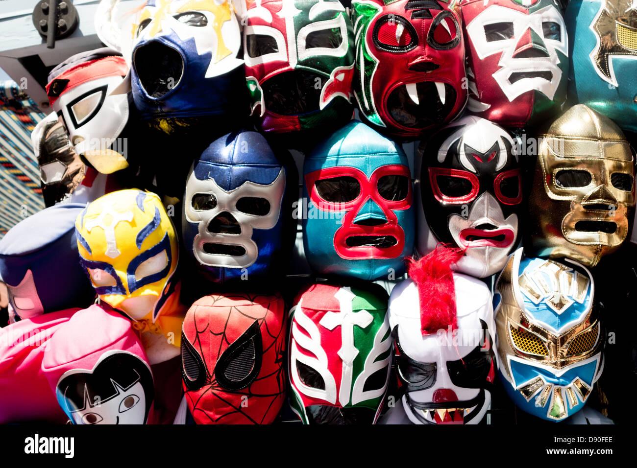 Máscaras de lucha libre mexicana héroes en recuerdo calado en Olvera Street, en Los Angeles pueblo distrito Imagen De Stock