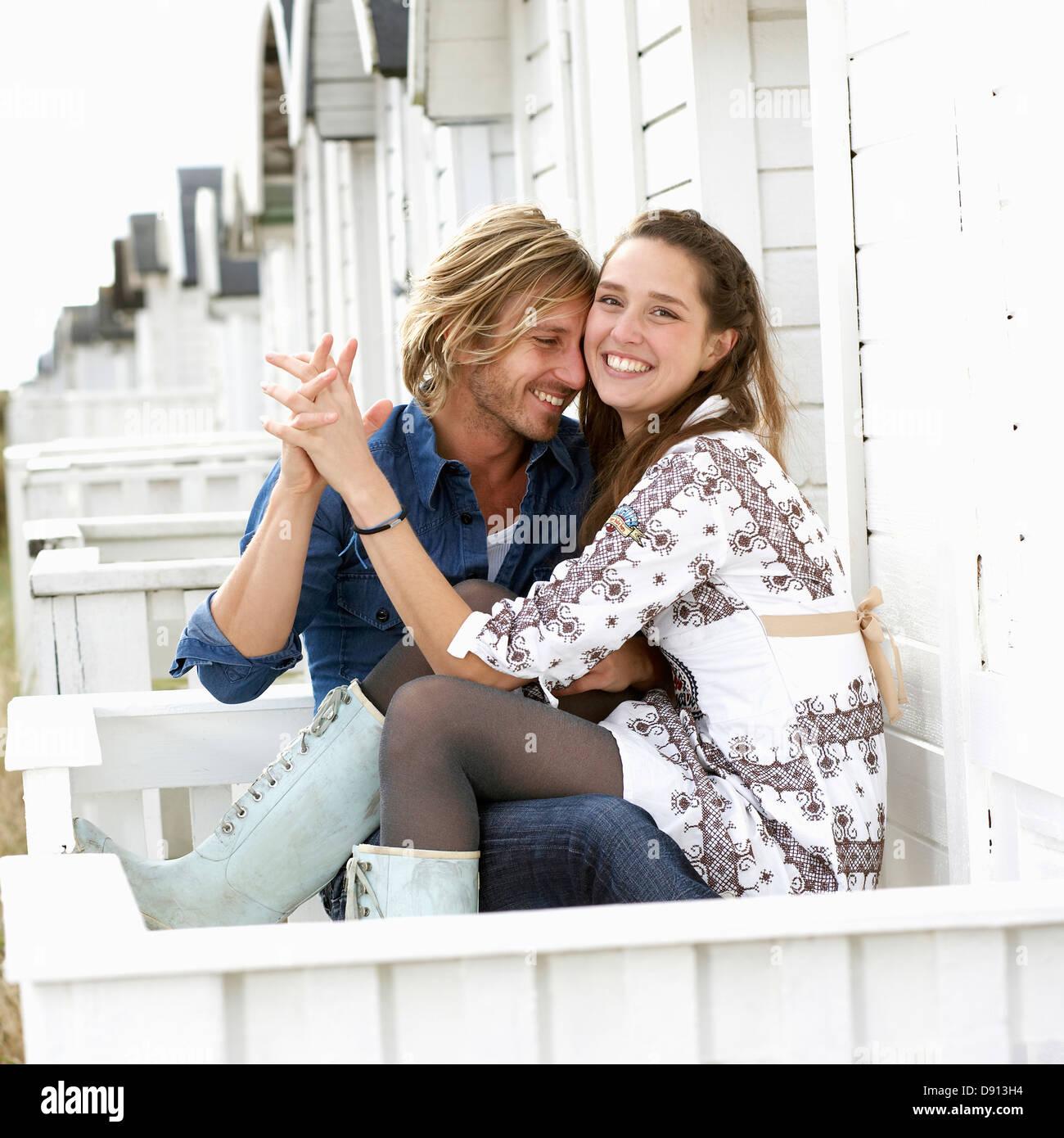 Una joven pareja en el amor, en Skane, Suecia. Imagen De Stock
