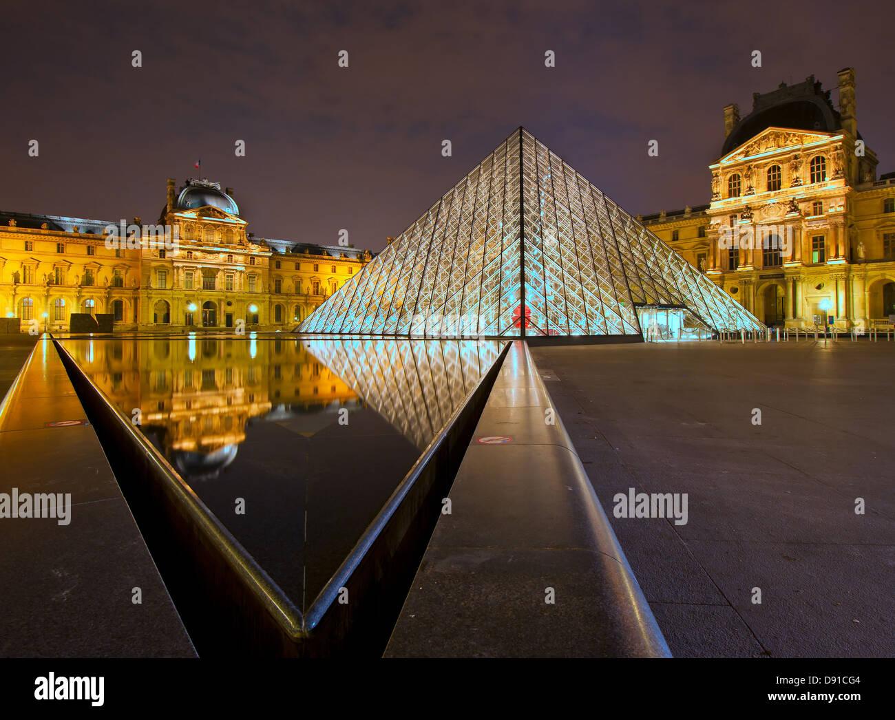 En la noche del museo del Louvre, París, Francia Foto de stock