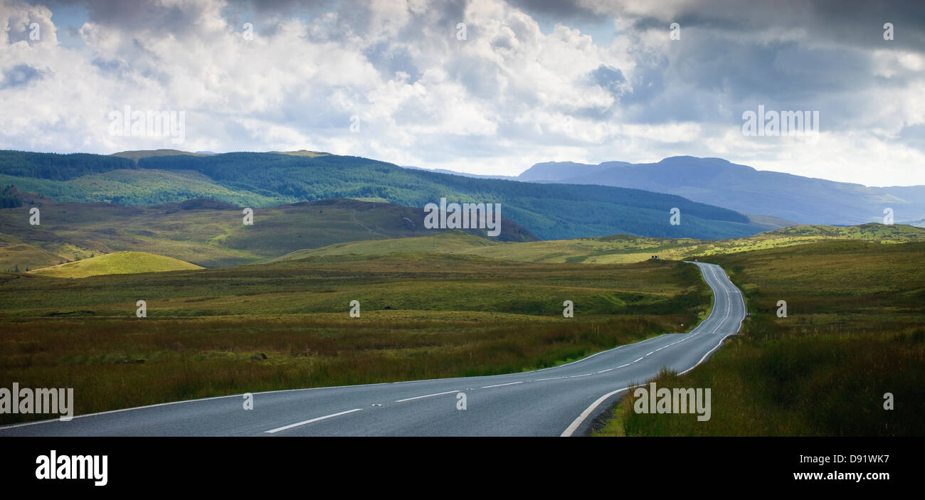 Carretera vacía ejecutando a través de la campiña rural Foto de stock