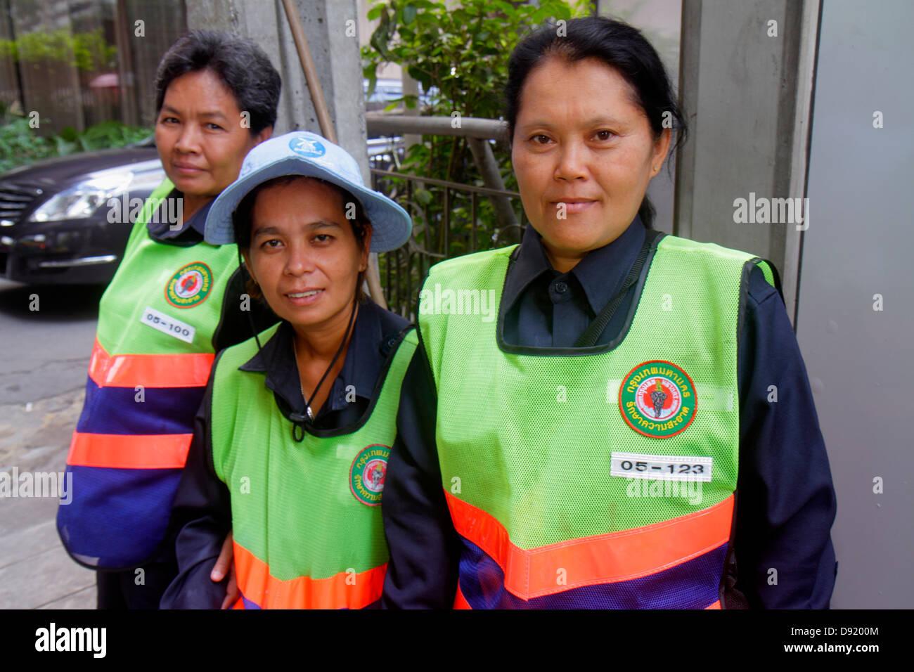 Bangkok, Tailandia Pathum Wan Rama 1 Road mujer asiática de los empleados de la ciudad uniforme de trabajo limpiador Foto de stock
