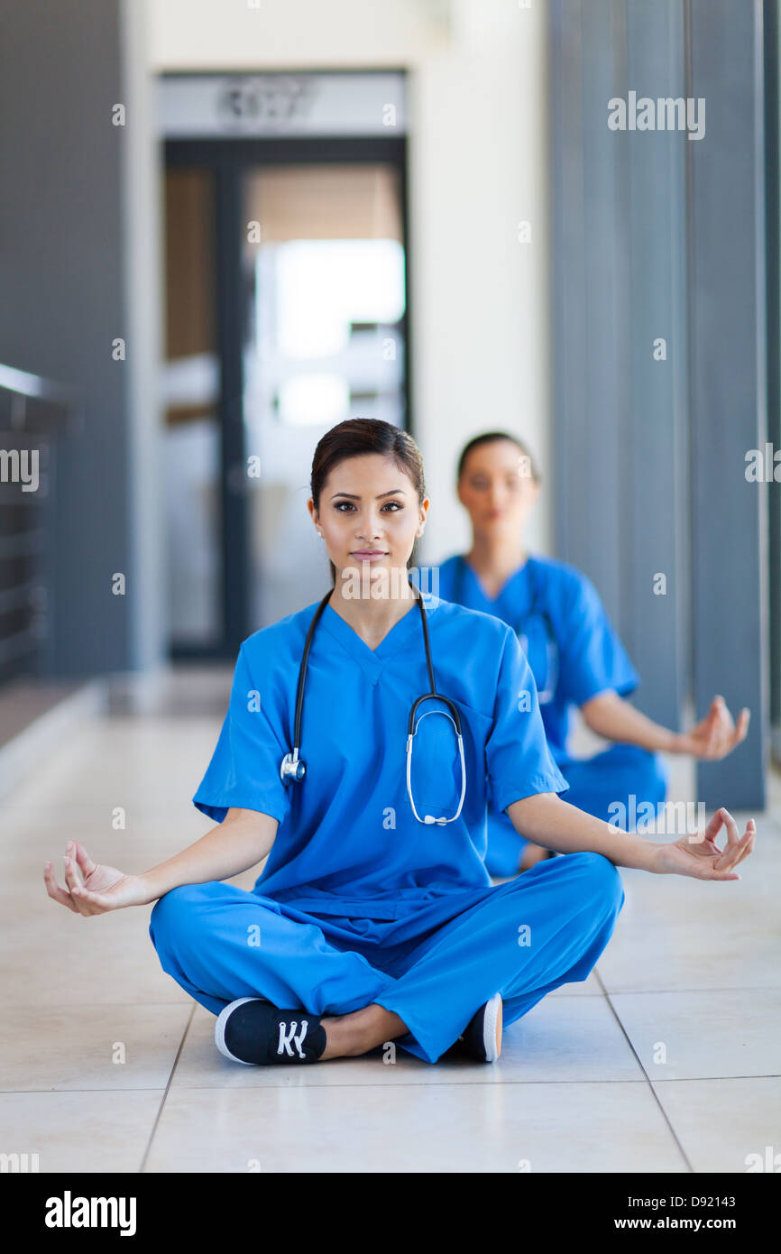 Dos Bonitas Enfermeras Hacer Meditación Durante El Rodaje En