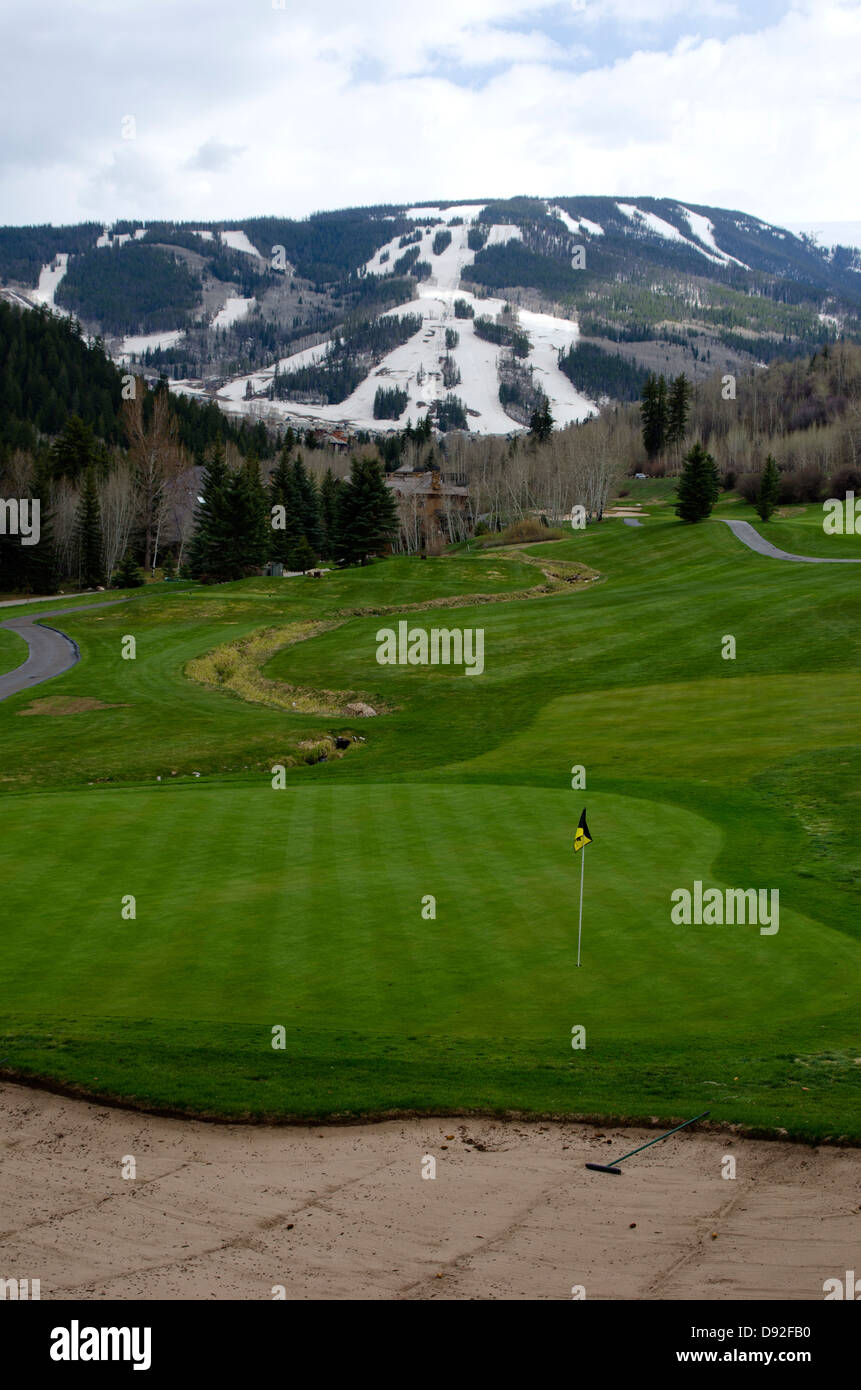 La combinación de dos deportes desde estaciones separadas, un turista puede jugar al golf en el Beaver Creek Imagen De Stock