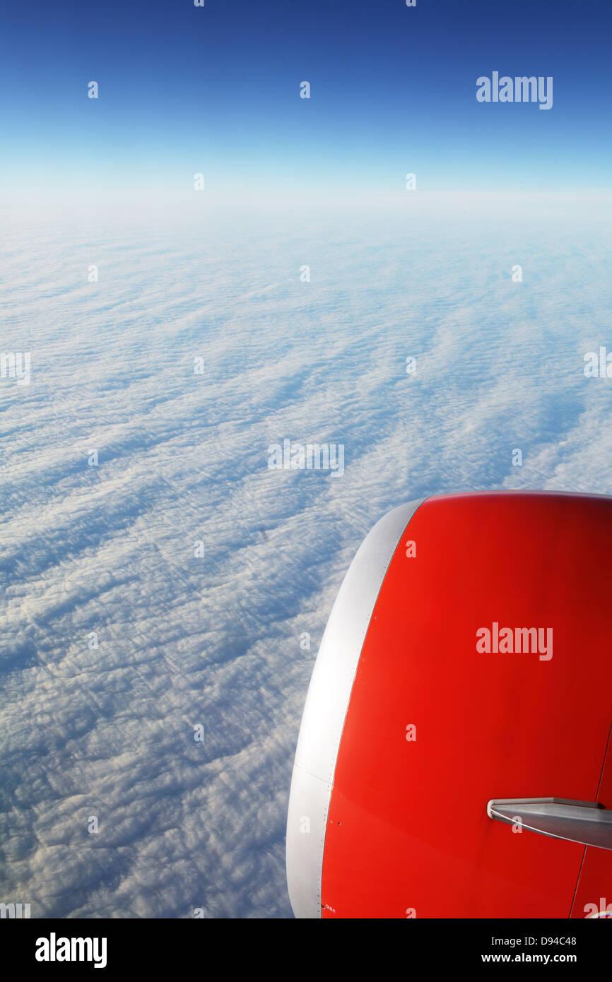 Avión sobre las nubes Foto de stock