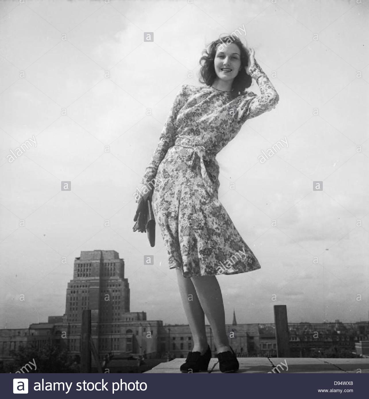 Ropa de moda de austeridad- las restricciones durante la guerra en Gran Bretaña, 1943 D14820 Imagen De Stock