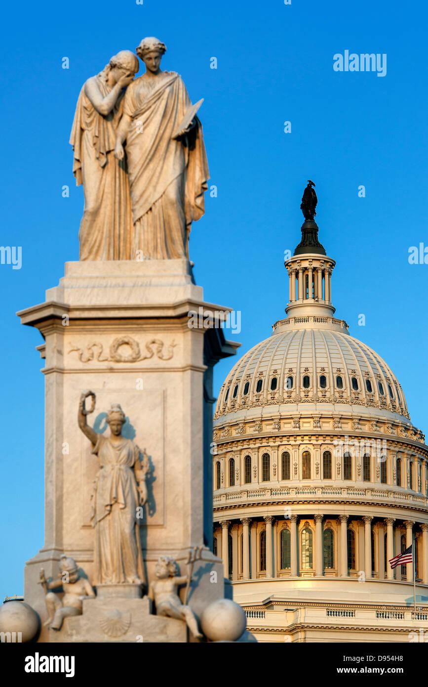 El Monumento de la paz y el Edificio del Capitolio de Estados Unidos, Washington D.C., Estados Unidos de América, Imagen De Stock