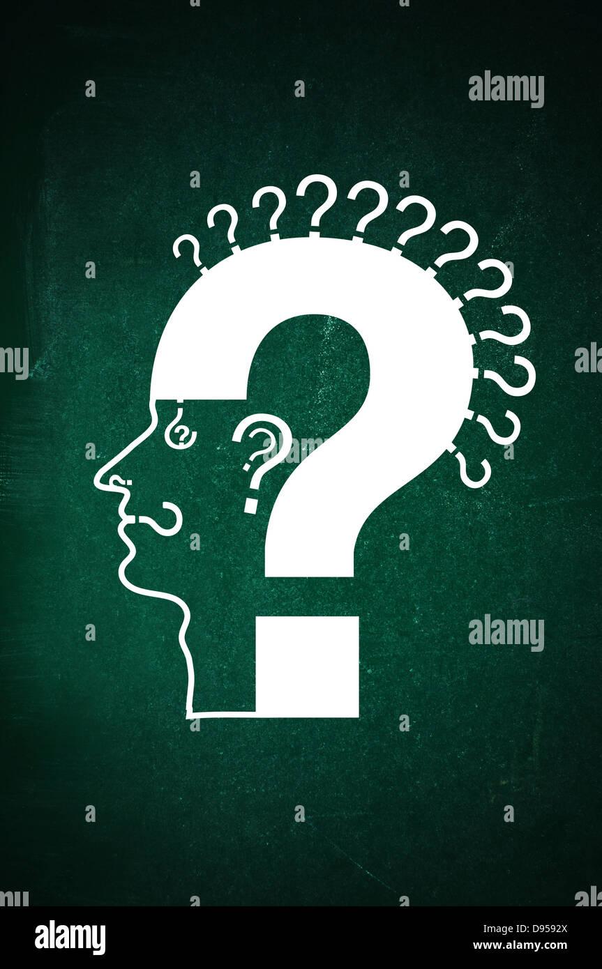Cabeza humana hecha de signos de interrogación en una pizarra verde. Qusetion todo concepto: pensamientos; Imagen De Stock