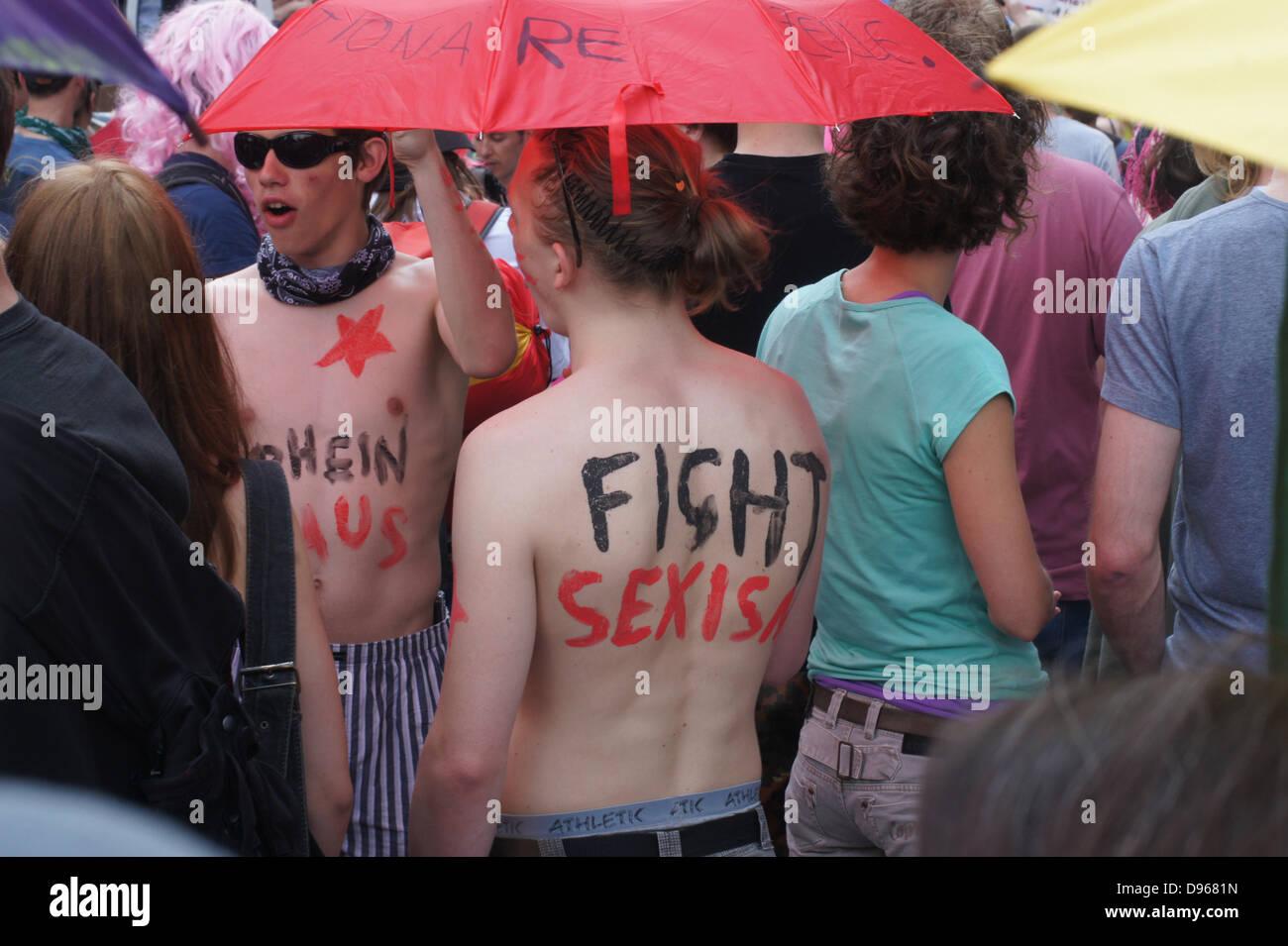 Blockupy-activistas presente su protesta en nacked parte superior del cuerpo Imagen De Stock