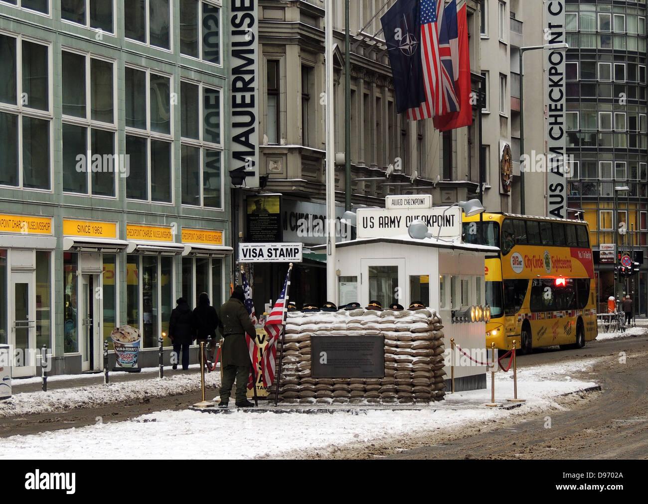 El Checkpoint Charlie. El Checkpoint Charlie fue el nombre dado por los aliados occidentales al Muro de Berlín, Foto de stock