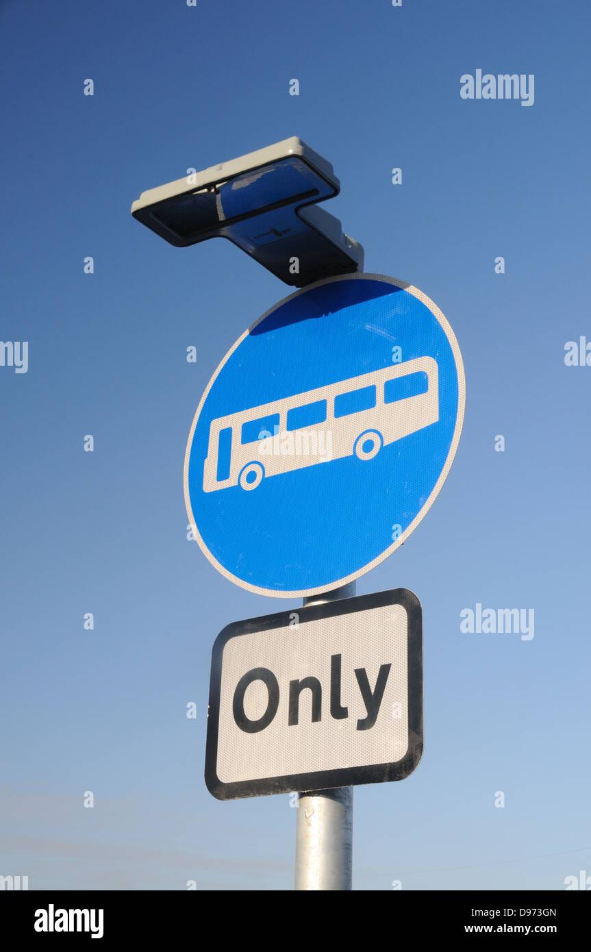 """Los autobuses """"sólo"""" signo en un cruce de la carretera A50 en Glenfield, Leicestershire, Inglaterra Foto de stock"""