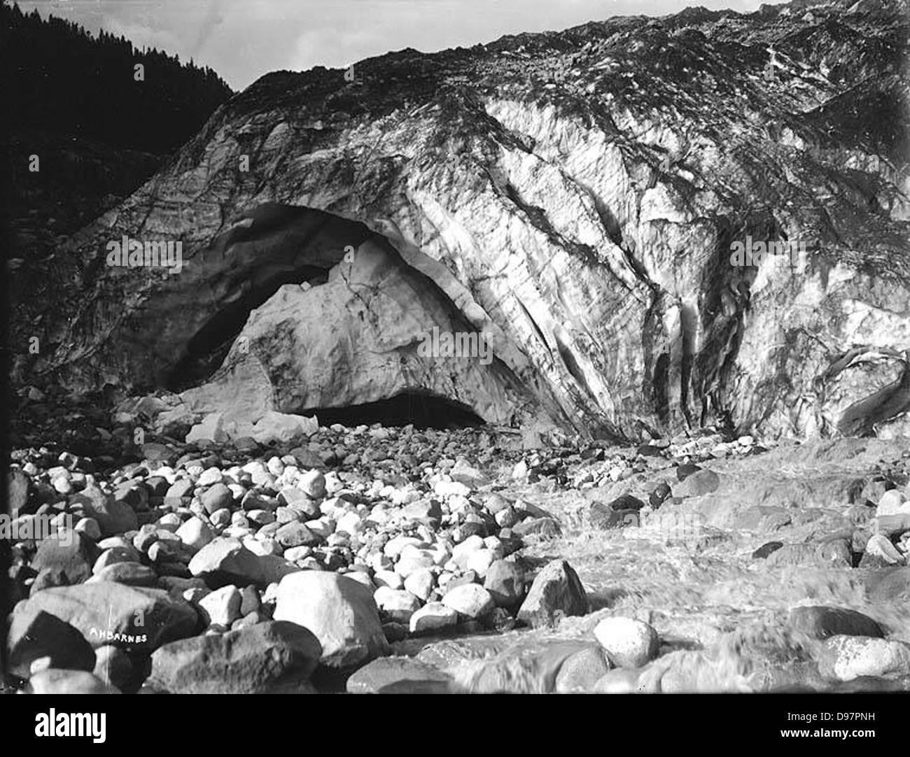 Cueva de hielo en el Glaciar Nisqually, el Parque Nacional Monte Rainier, Washington Foto de stock