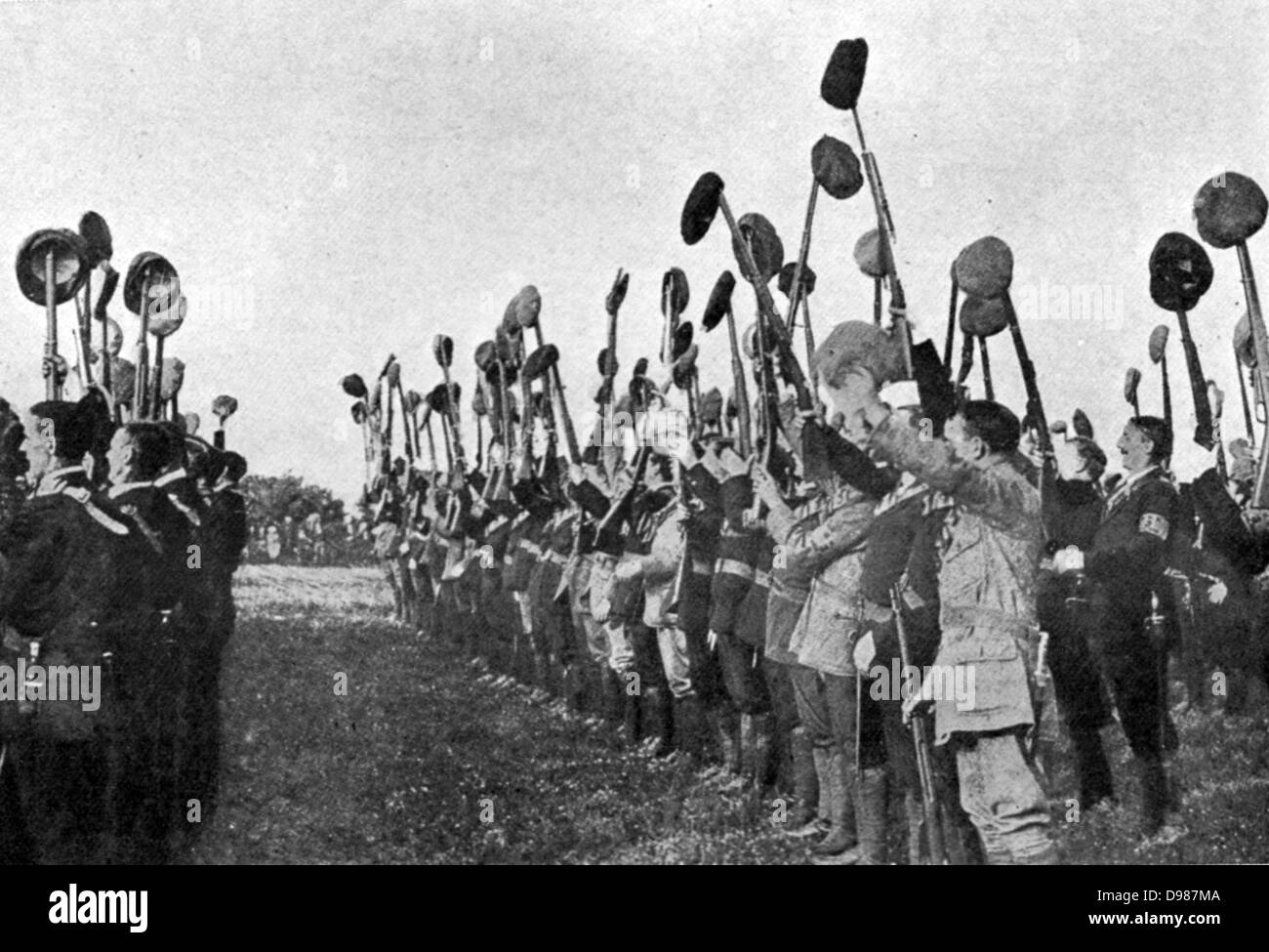 Los Voluntarios del Ulster, armados y perforación preparatoy forzosamente a rechazar la autonomía. Imagen De Stock