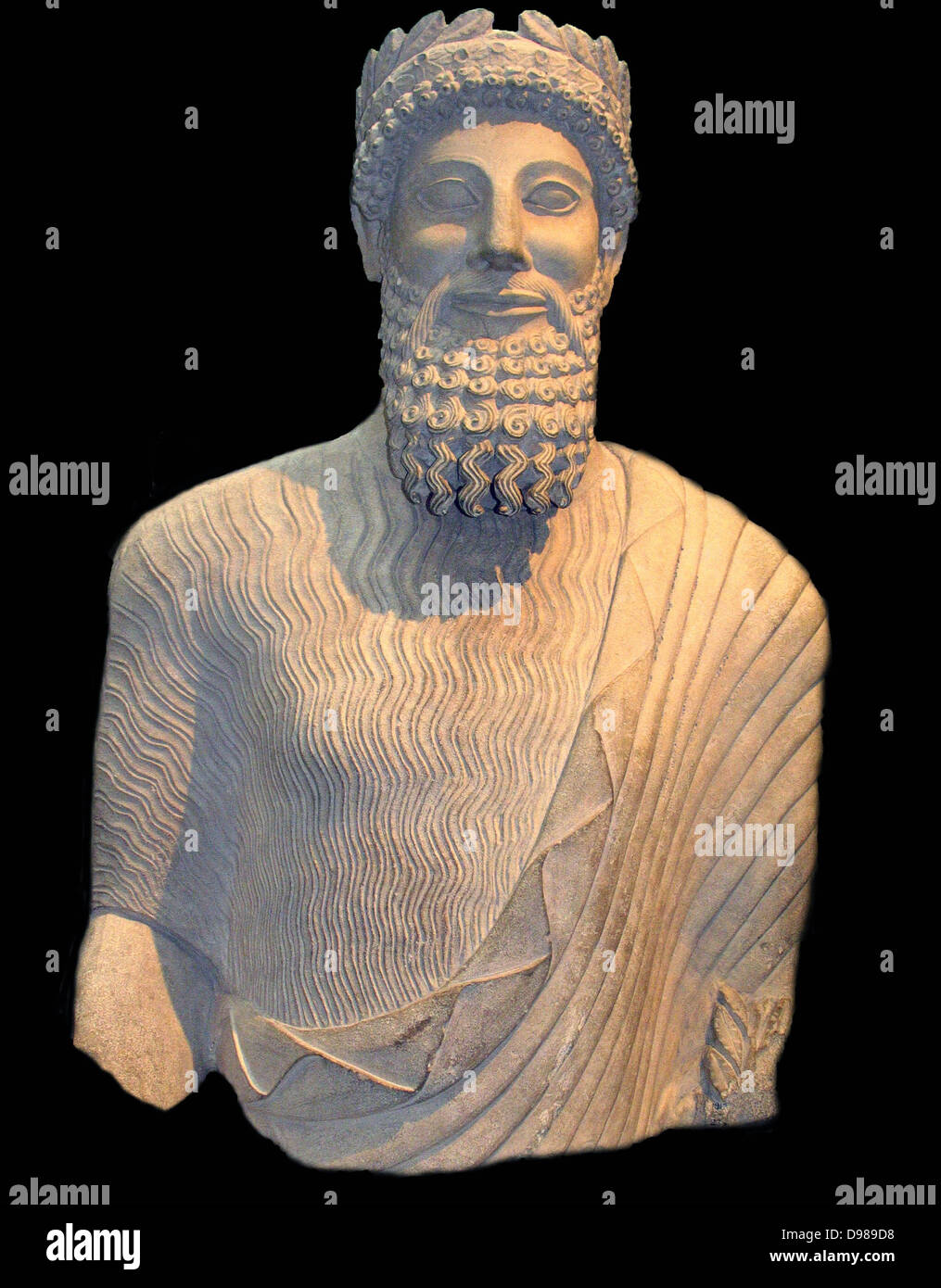 Colosal estatua de piedra caliza de un hombre barbado Foto de stock