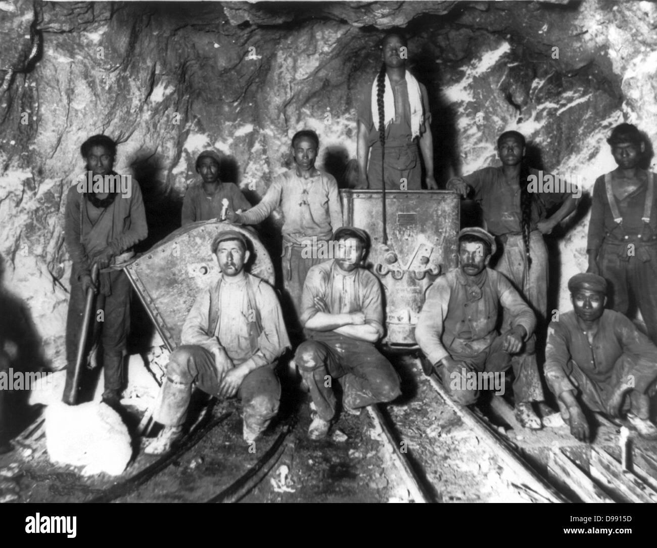 Negro, Chino, Blanco y trabajadores en una mina de oro en Sudáfrica, c1900. Imagen De Stock