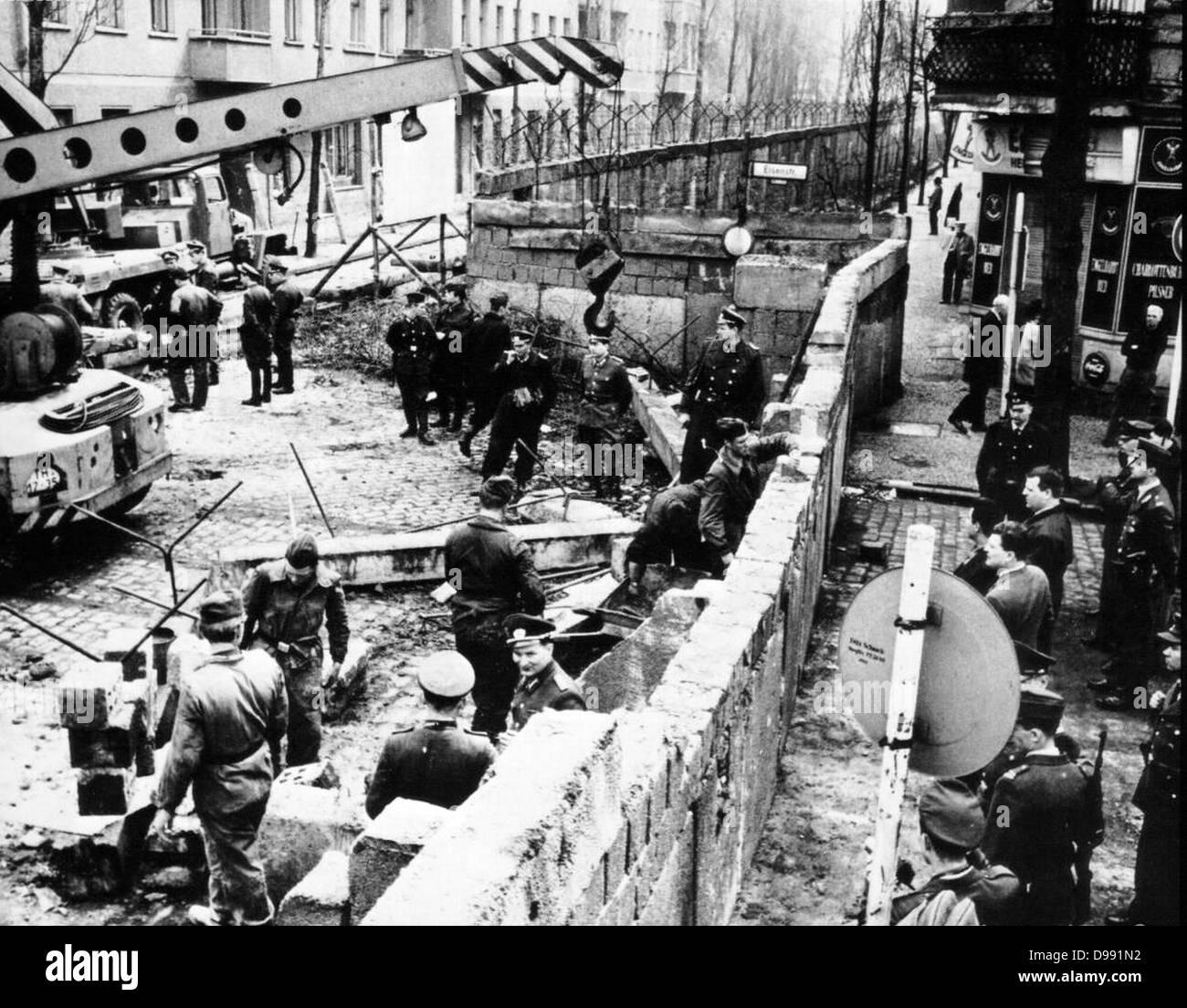 La construcción del muro de Berlín, dividiendo a Berlín Oriental y Occidental, Alemania 1961 Imagen De Stock