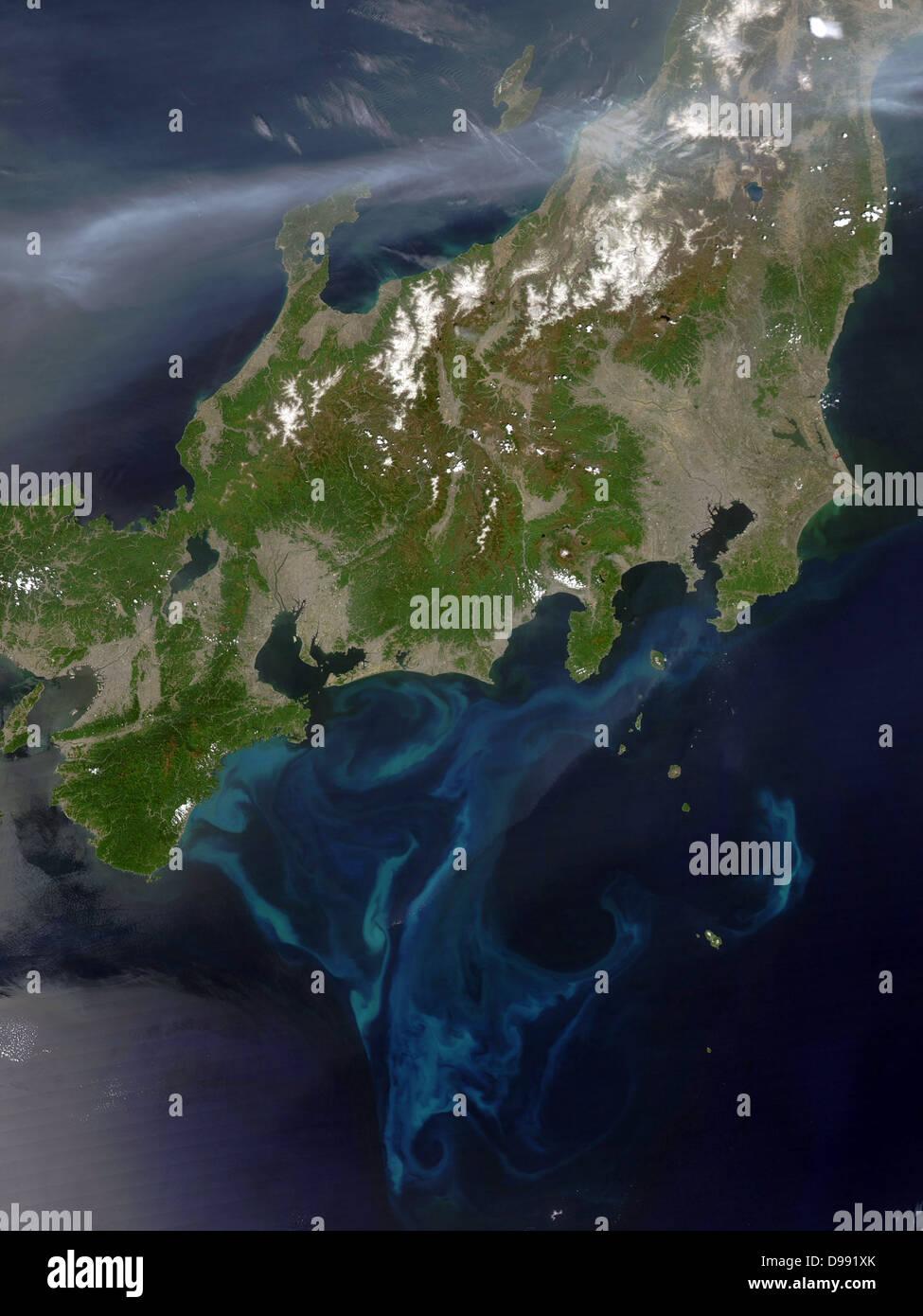 Vista satélite de Honshu, Japón, 4 de mayo de 2005 con el penacho de humo espeso cruzando la isla desde Imagen De Stock