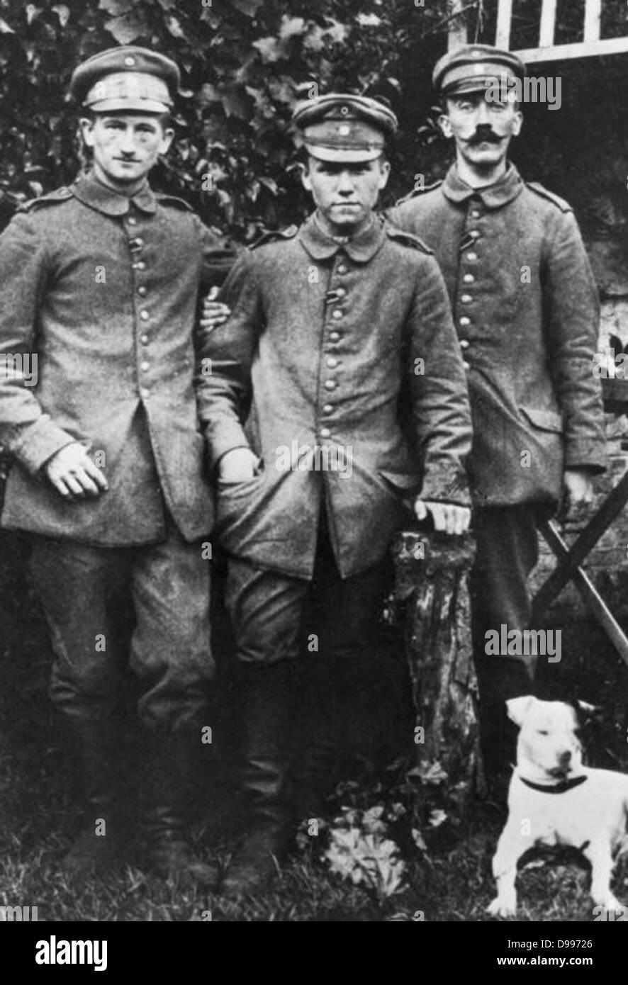 Adolf Hitler como un soldado alemán con camaradas durante la I Guerra Mundial Hitler se encuentra a la derecha Imagen De Stock