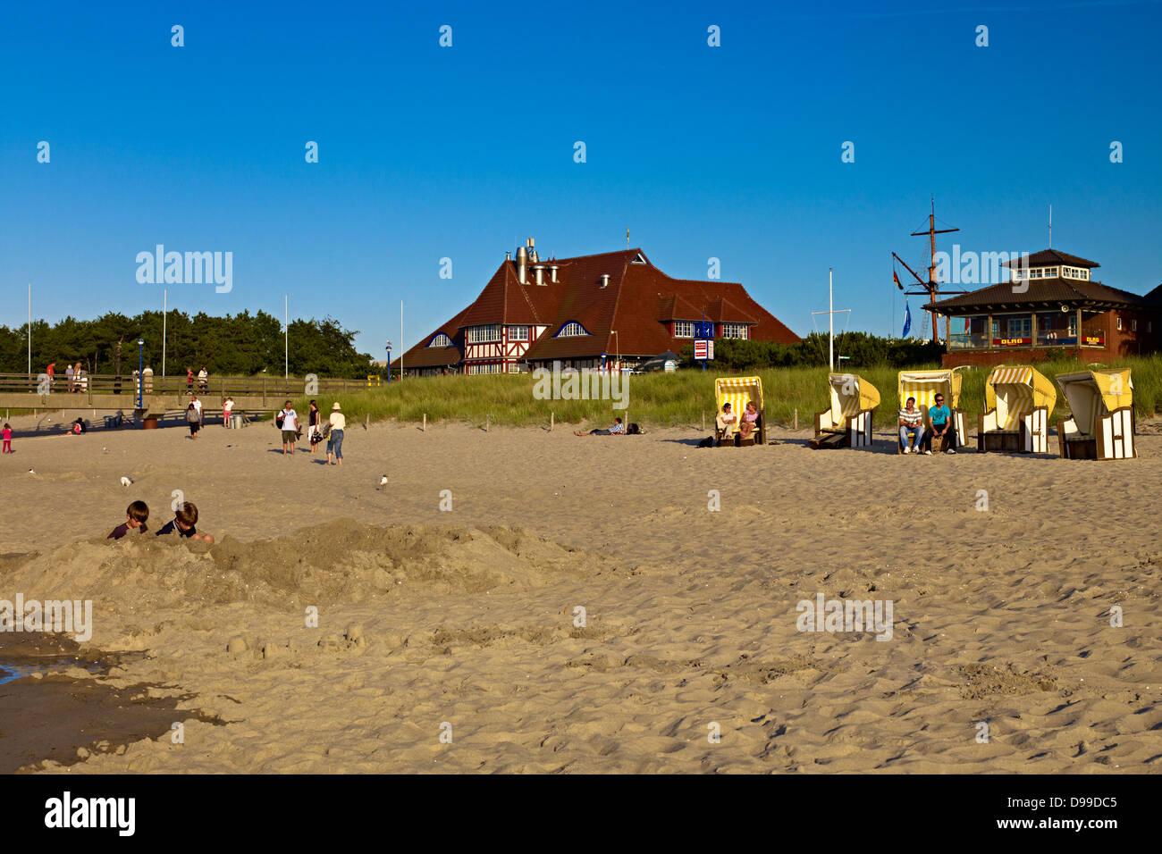 Playa con viejos Kurhaus, Fischland-Darss-Zingst, el Estado federado de Mecklemburgo-Pomerania Occidental, Alemania Foto de stock