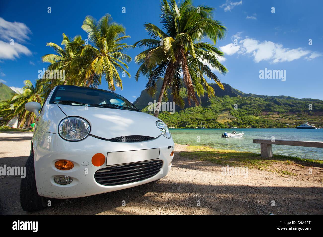 Viaje en coche alrededor de las playas de isla tropical en día soleado Imagen De Stock