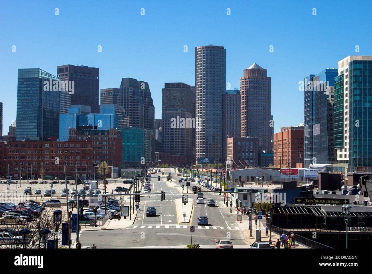 En el centro del horizonte de Boston y Seaport Boulevard visto desde Seaport District de día Imagen De Stock