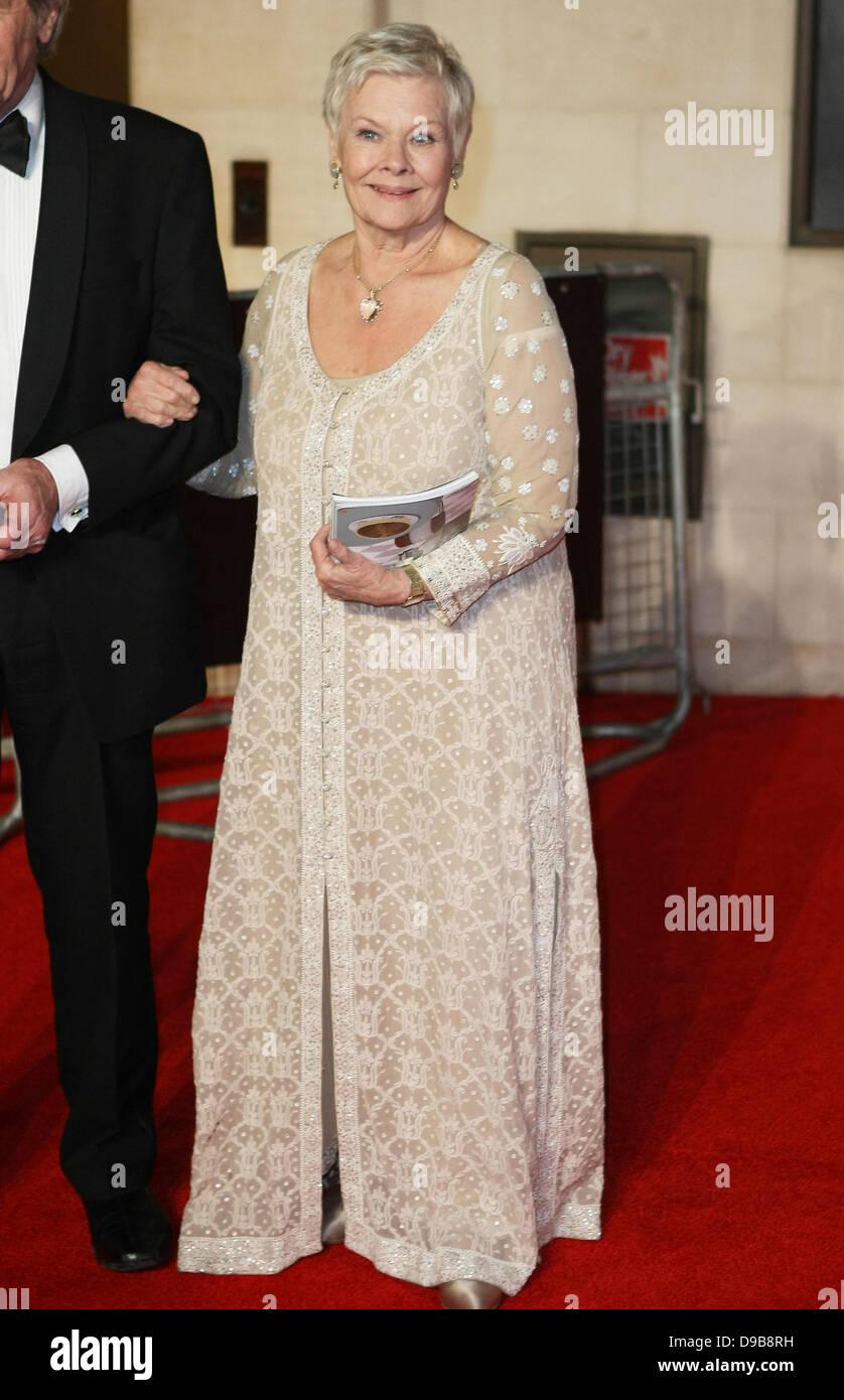 Dame Judi Dench Orange British Academy Film Awards (BAFTA) afterparty celebrada en el Grosvenor House Hotel - Fuera Foto de stock