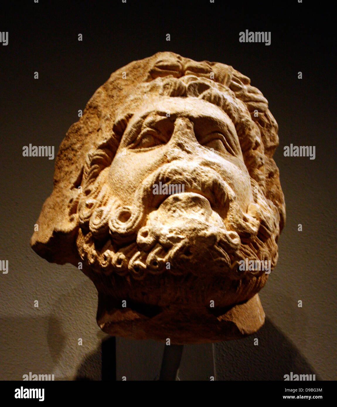Cabeza de piedra caliza de un hombre barbado, posiblemente de Júpiter. Sur Italiano, posiblemente Apolia. Talladas 1200-1300 Foto de stock