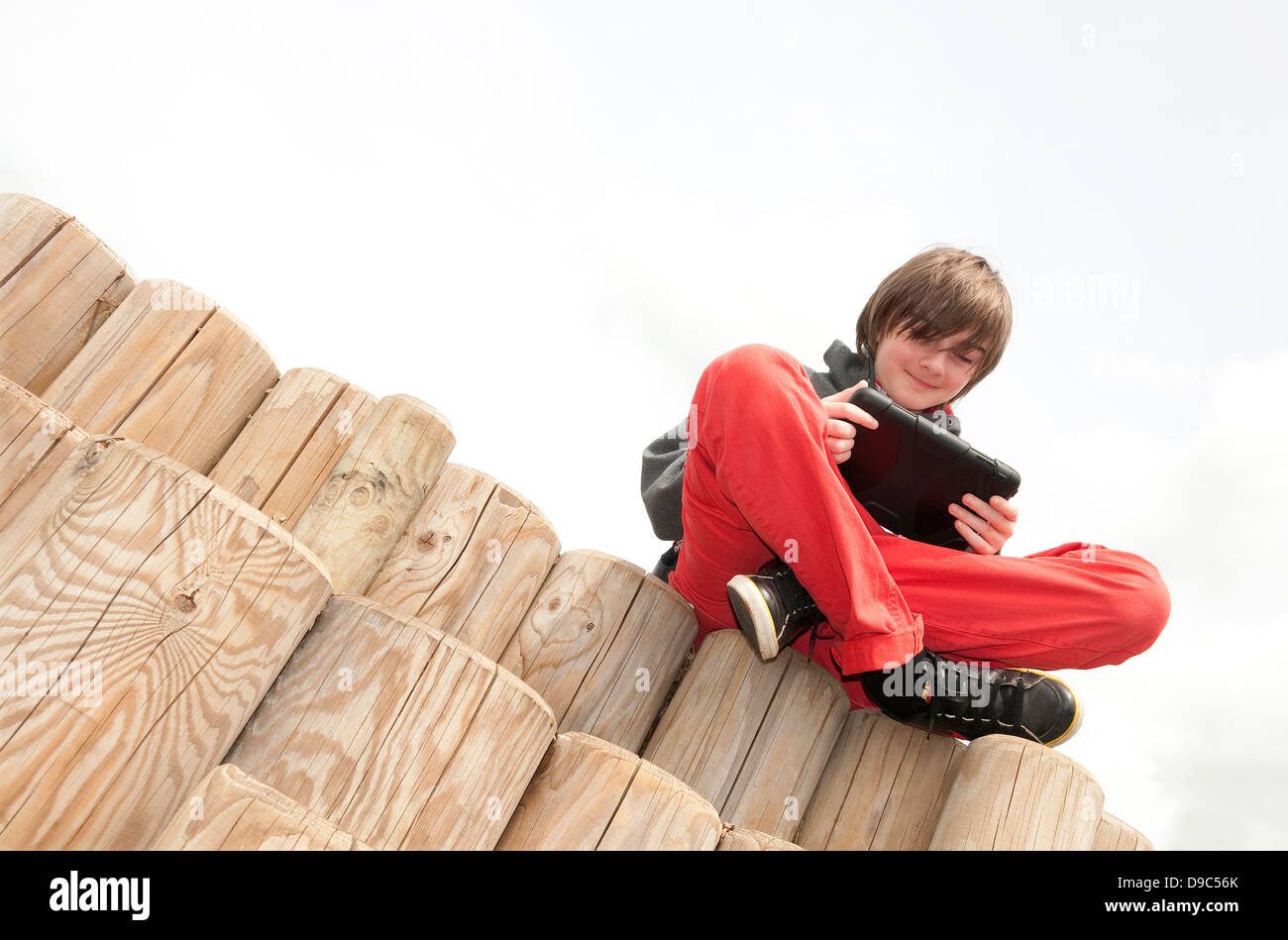 Macho joven muchacho usando ipad mini tablet pc Imagen De Stock