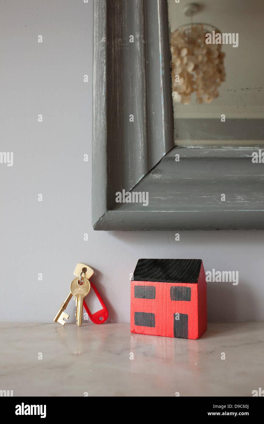 Modelo de casa y las llaves en la repisa de chimenea Foto de stock