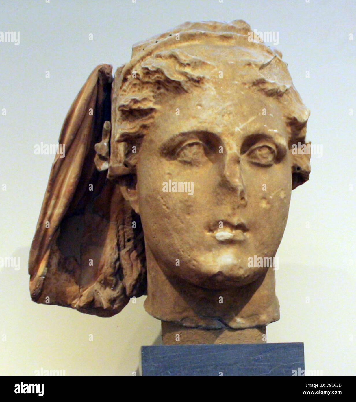 Cabeza de Deméter. Parte del himation que cubría la cabeza de la diosa es preservado. Las superficies que, por separado, Foto de stock
