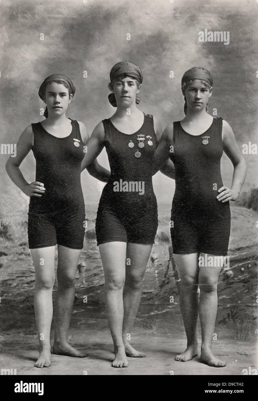 9dc34c824 Tres jóvenes mujeres posando en trajes de baño y luciendo sus medallas de  la competencia de natación