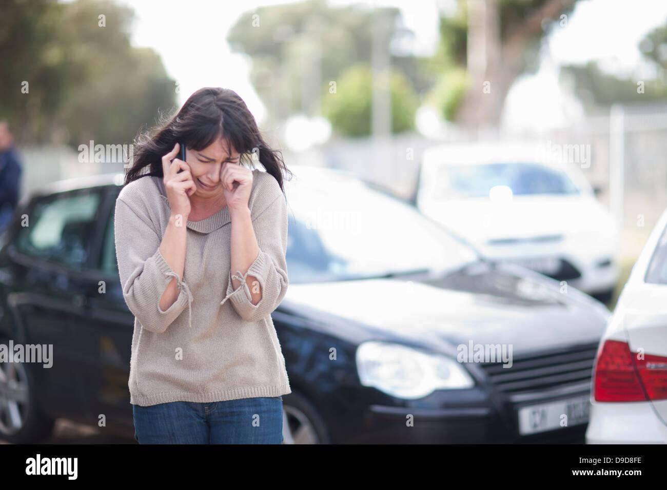 Mujer llorando después del accidente de coche Imagen De Stock