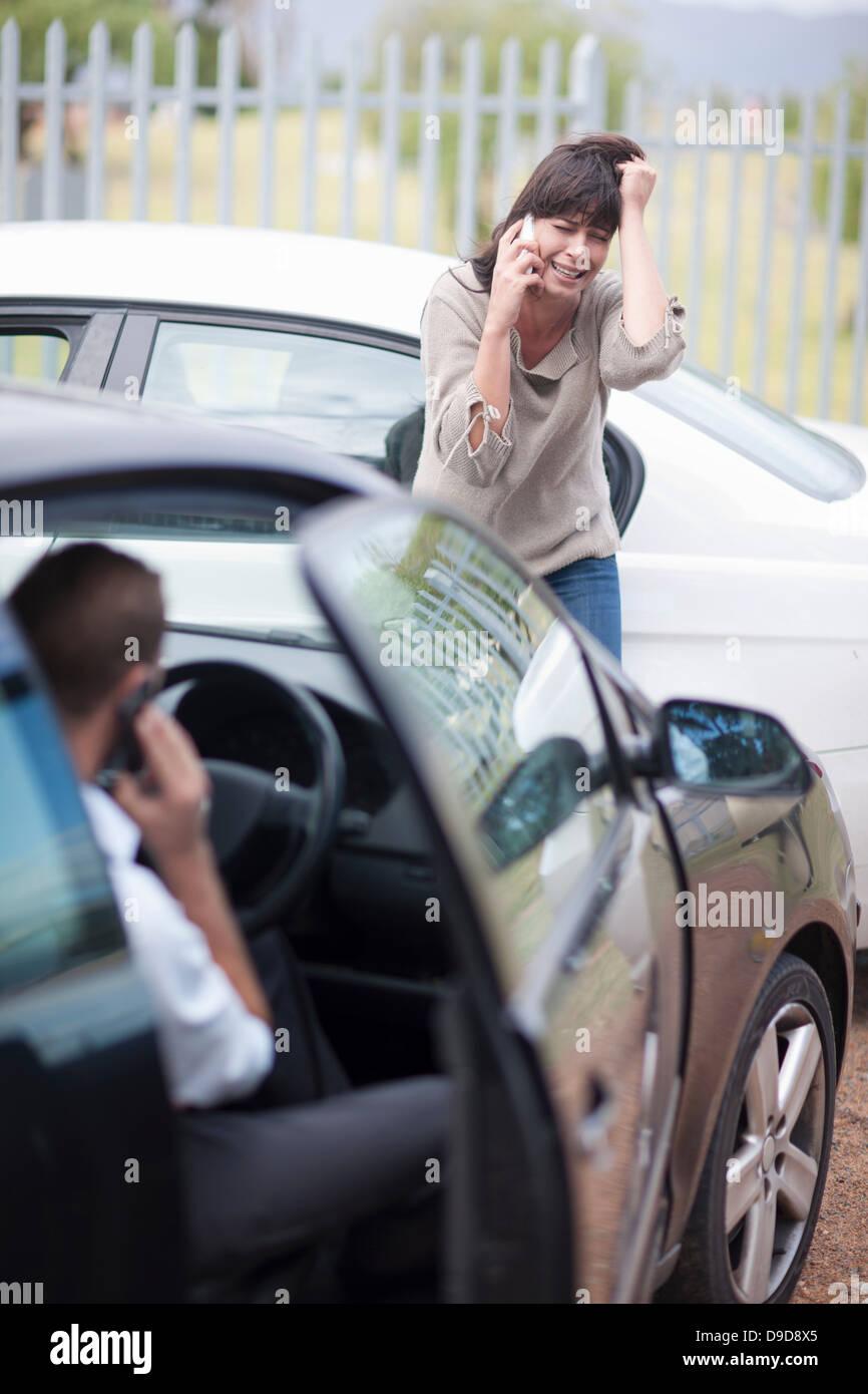 Mujer reaccionar después del accidente de coche Imagen De Stock