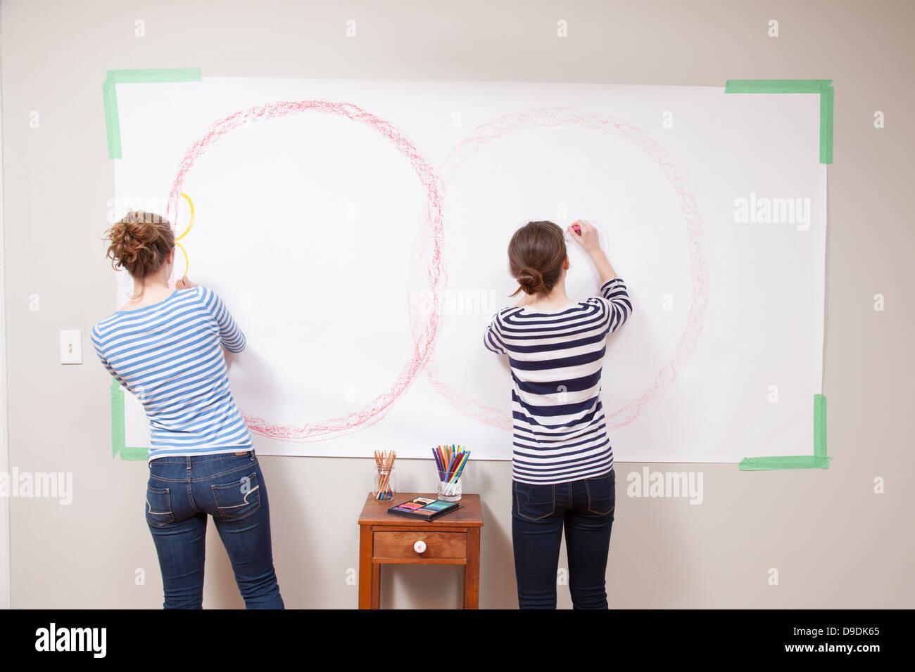 Las niñas dibujar en la pared Foto de stock