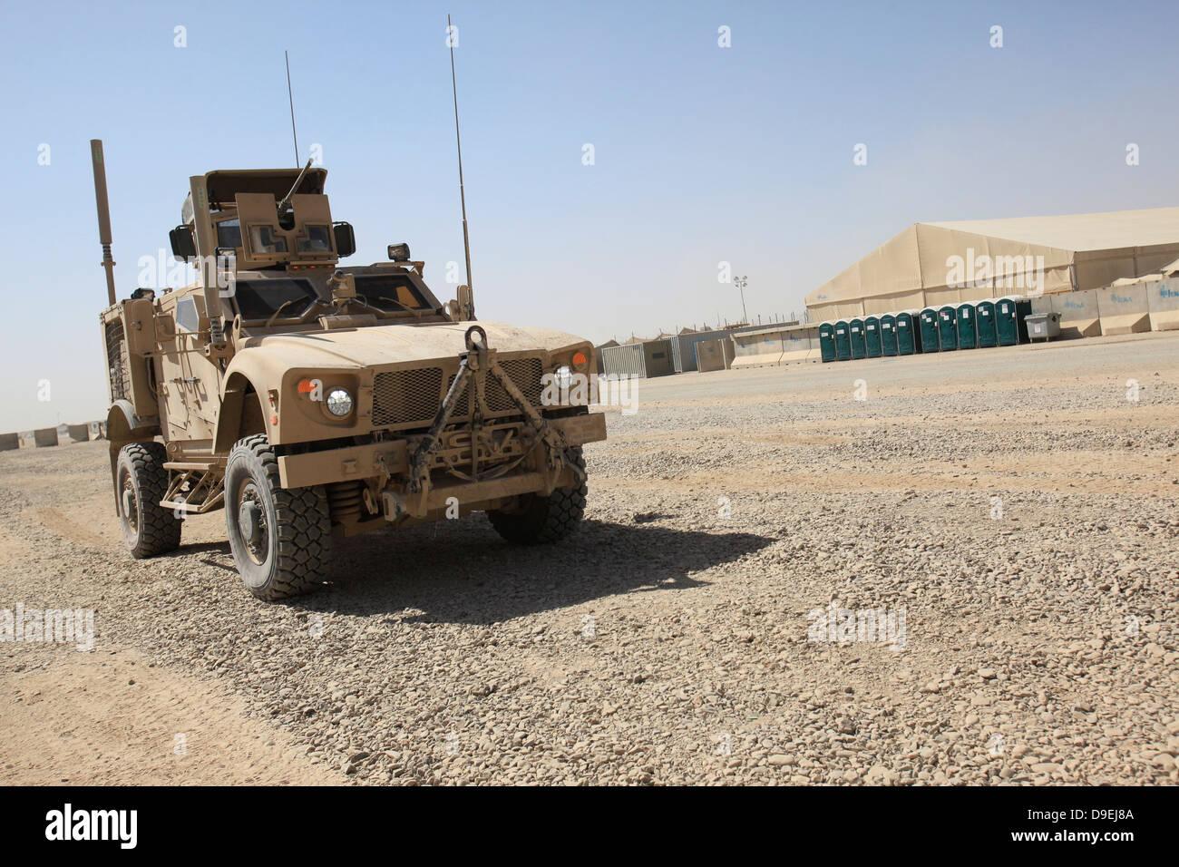 Un Oshkosh M-ATV se encuentra estacionado en Camp Leatherneck, Afganistán. Imagen De Stock