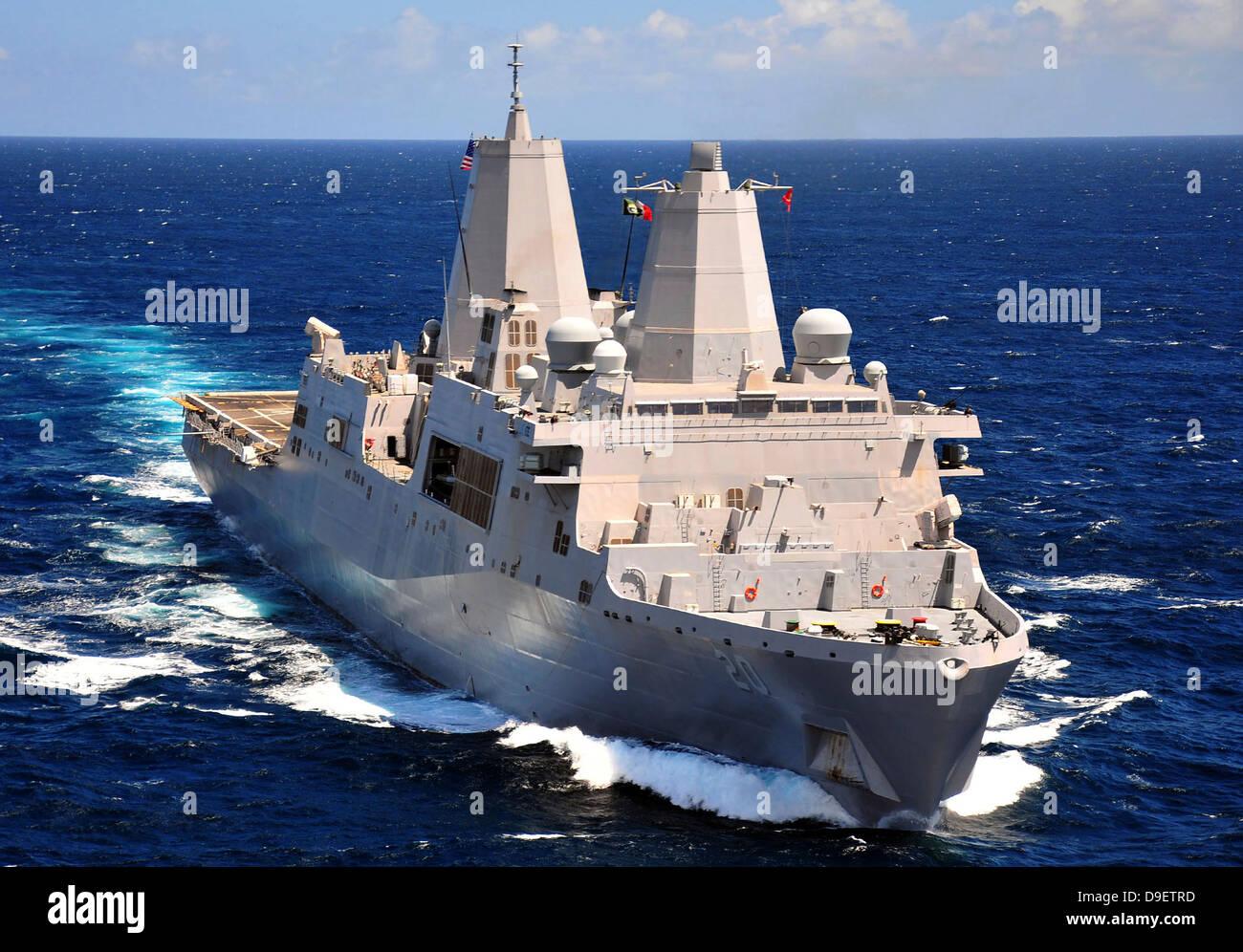 Agosto 18, 2011 - El dock buque anfibio de transporte USS Green Bay (LPD 20) transita por el Océano Índico. Foto de stock