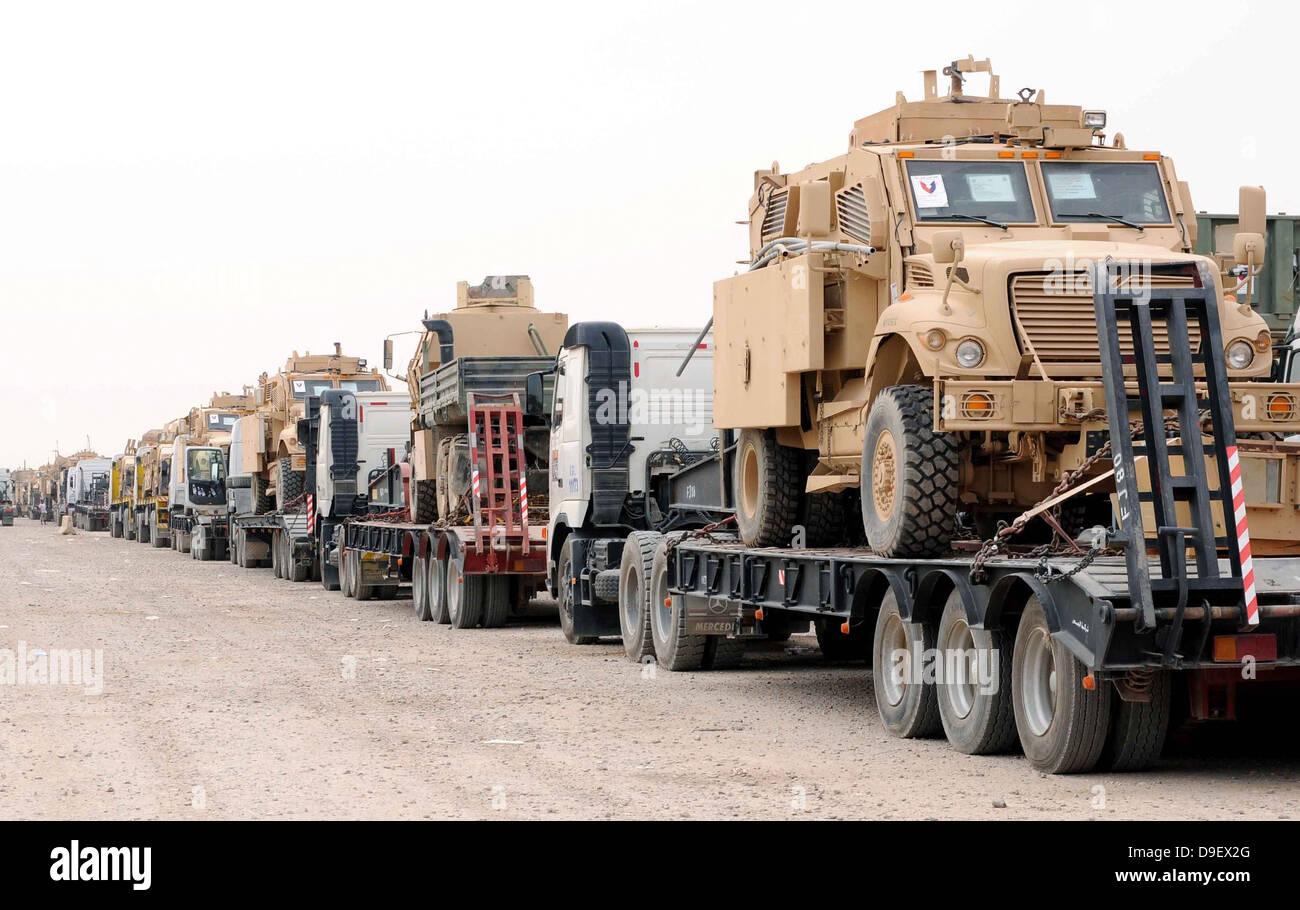 Un convoy de vehículos protegidos emboscada Mine-Resistant listos para la salida Imagen De Stock