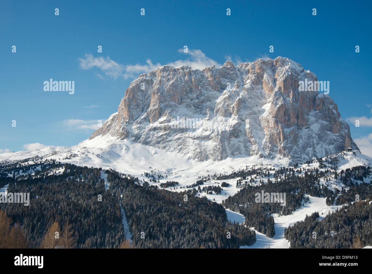 Vista invernal del Sassolungo Mountain en los Dolomitas en Tirol del Sur, Italia Foto de stock